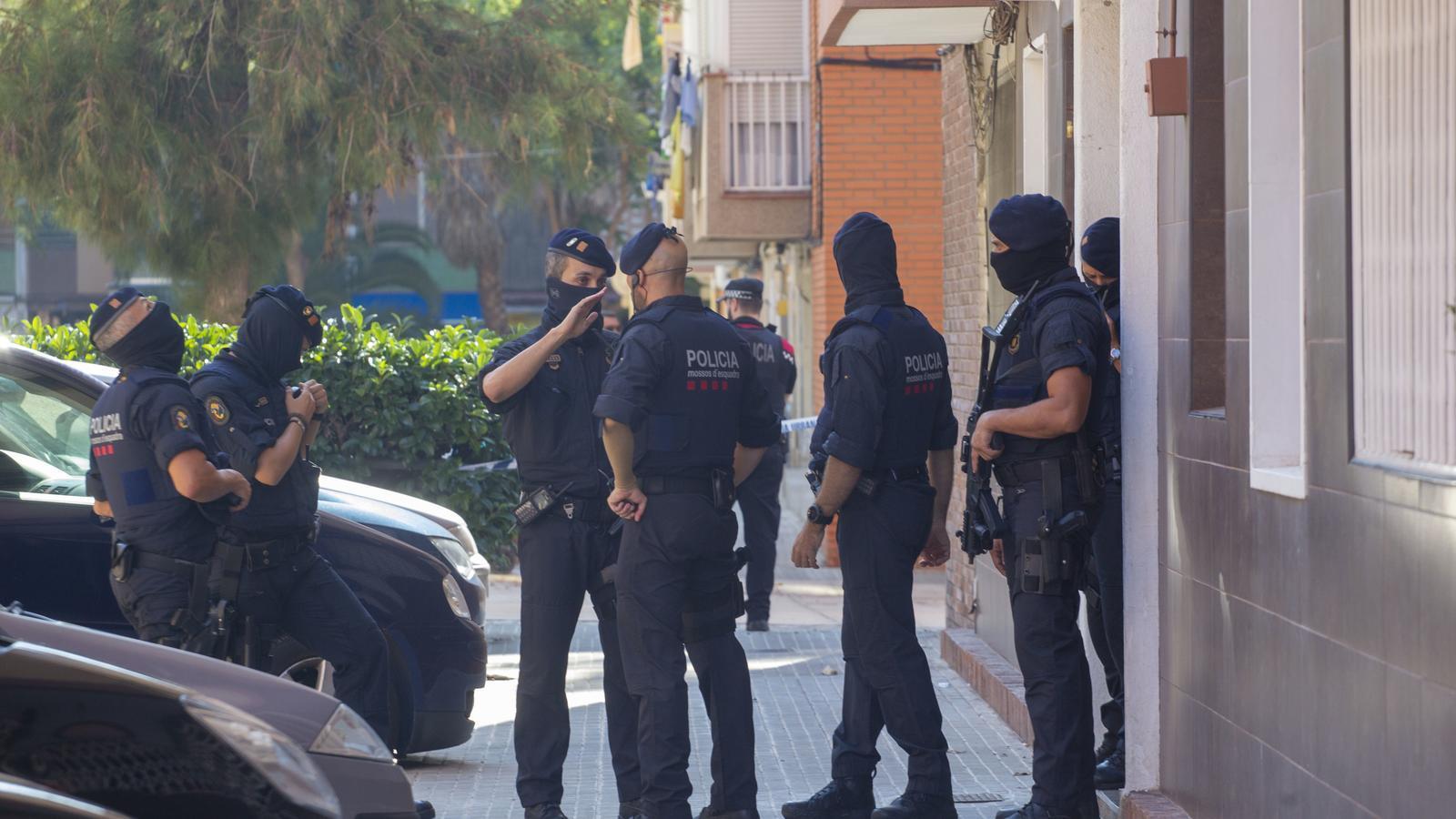 Els Mossos escorcollen el pis de l'atacant abatut a la comissaria de Cornellà de Llobregat