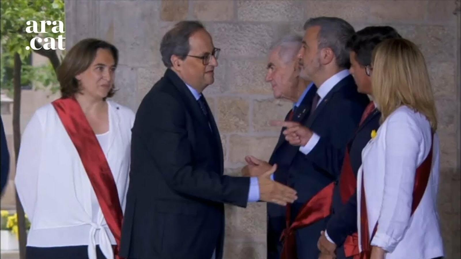 Manuel Valls evita donar la mà al president Torra