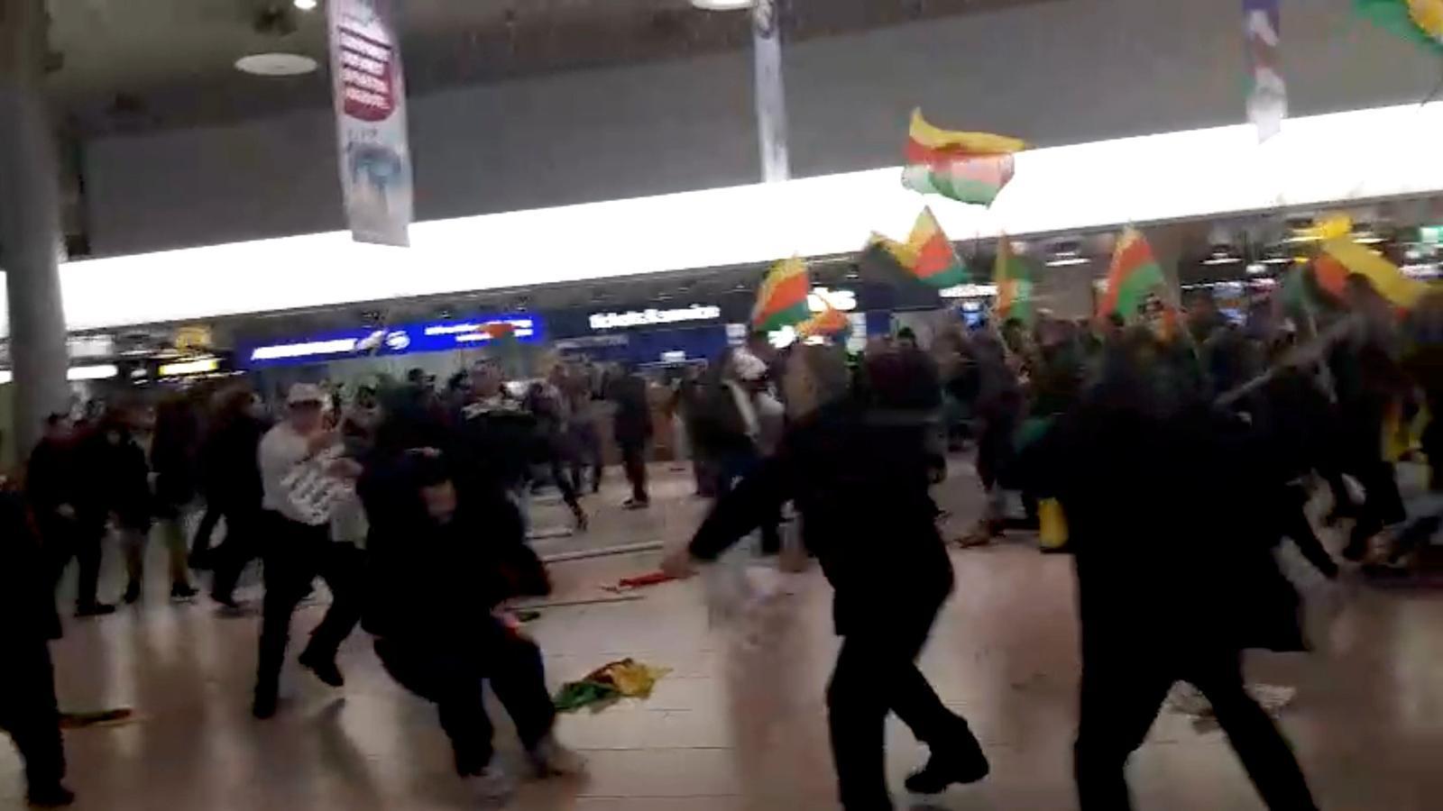Els kurds (dreta) i els turcs (esquerra) en el moment de la batalla a l'aeroport de Hannover