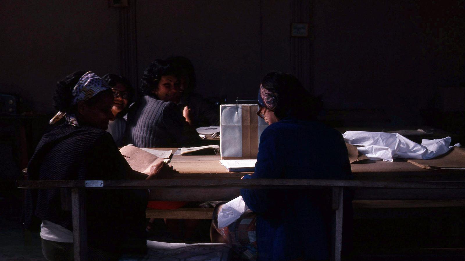 Martha Rosler, Workshop (de «Cuba», January, 1981) , 1981. Digital C-print, 27,9 x 41,3 cm. © Cortesia de Martha Rosler, 2020