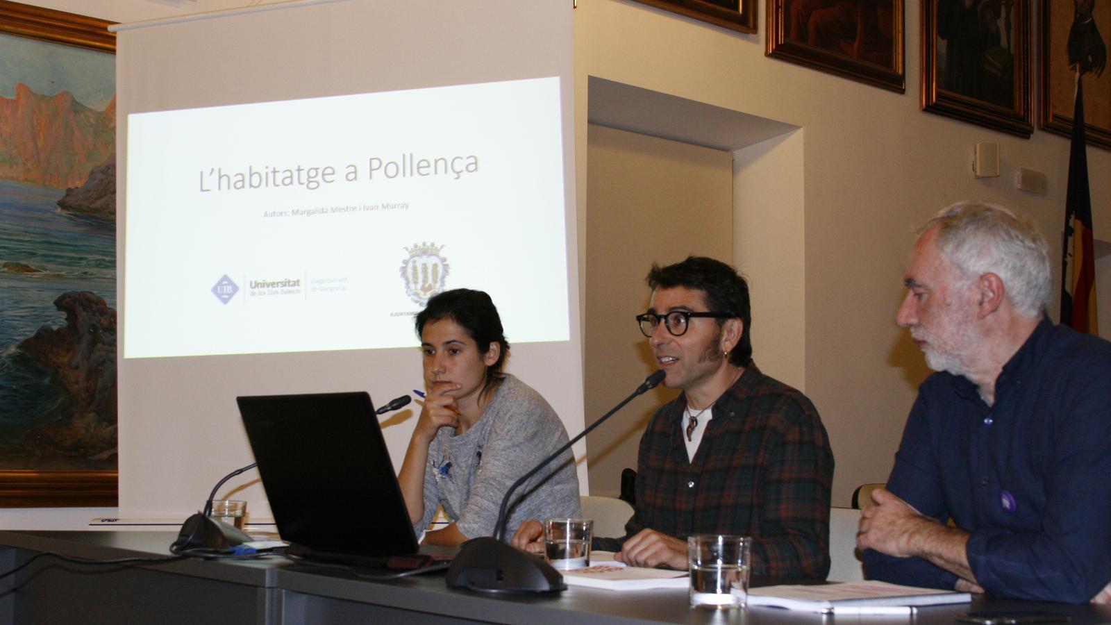 Els doctors en geografia Margalida Mestre i  Ivan Murray, i el batle, Miquel A. March, durant la presentació de l'estudi sobre l'hatitatge.