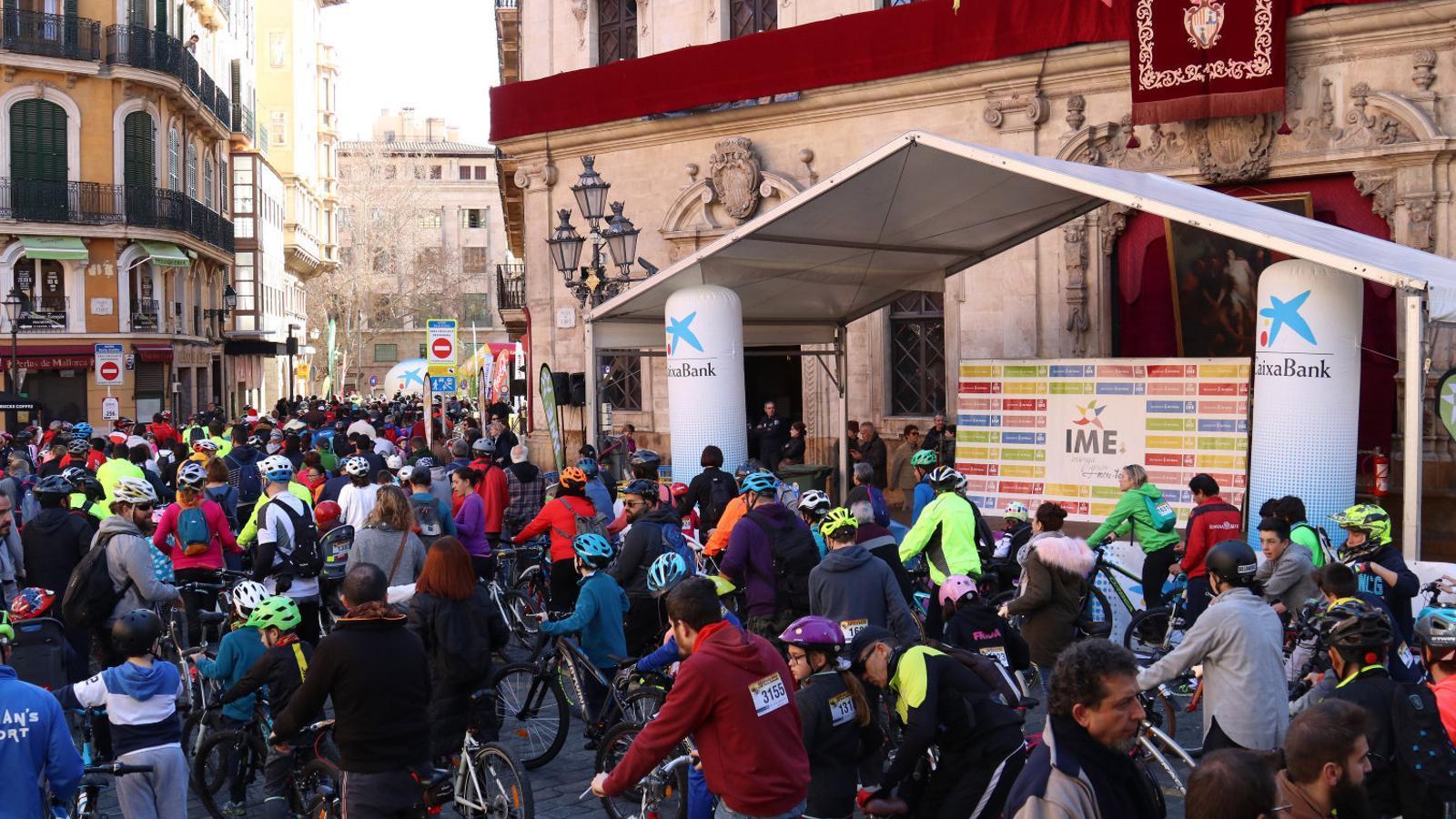 Més de 12.000 ciclistes pedalen per Ciutat
