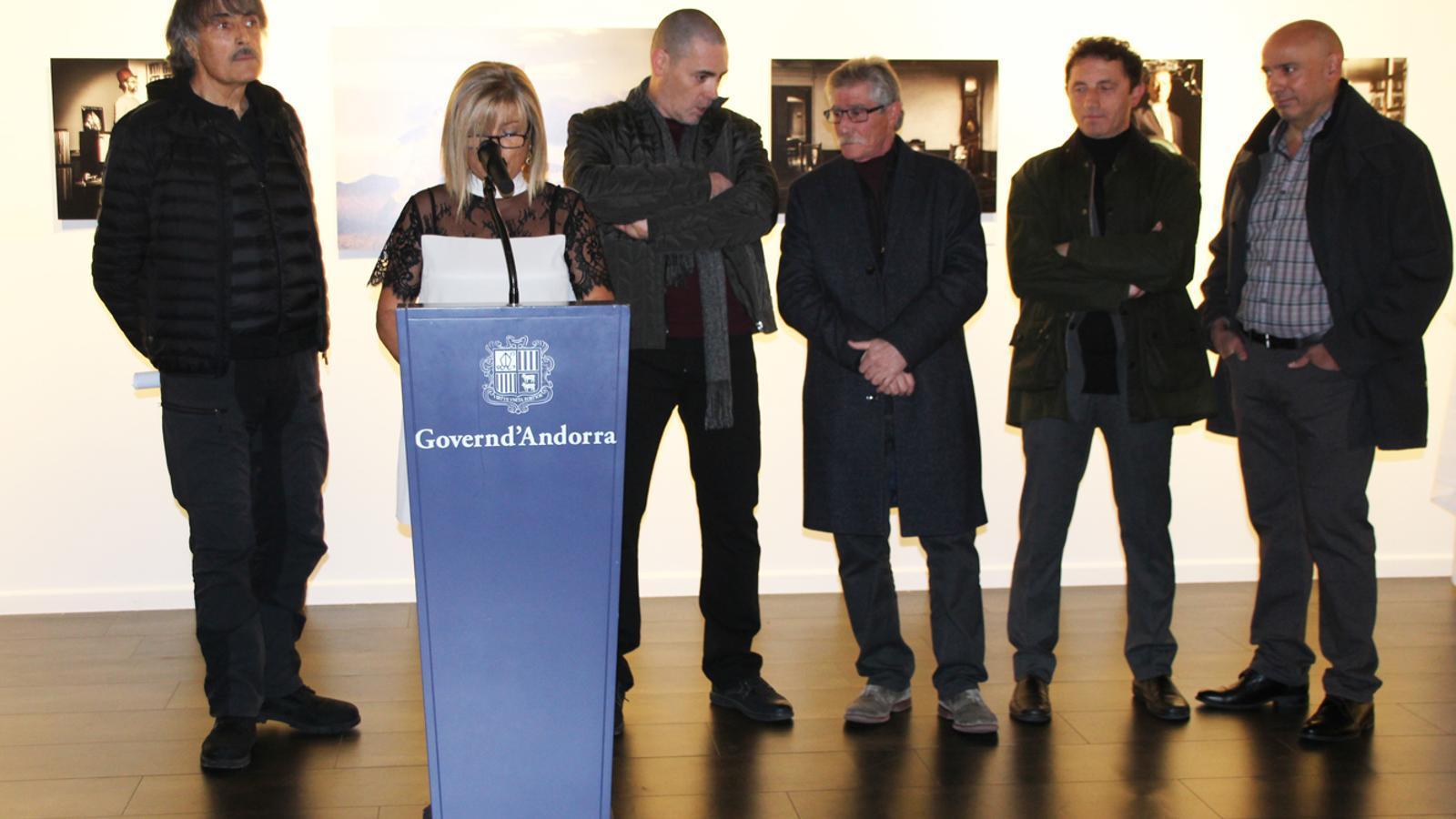 D'esquerra a dreta, el fotògraf Jaume Riba, la directora de Cultura, Montserrat Planelles, i els quatre autors de les fotografies del projecte 'retratsmúsicsandorra', Pep Aguareles, Lluís Casahuga, José Otero i Robert Verdaguer, durant la inauguració de l'exposició a Artaltoc, aquest dimarts al vespre. / E. J. M. (ANA)
