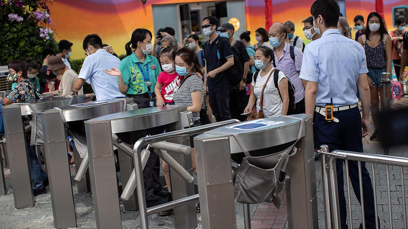 Visitants a punt d'entrar al Parc Oceànic de Hong Kong el 18 de setembre,  el dia de la reobertura.