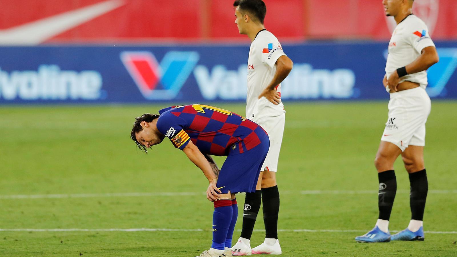 Leo Messi, amb les mans als genolls en un moment del partit del Barça contra el Sevilla al Pizjuán.