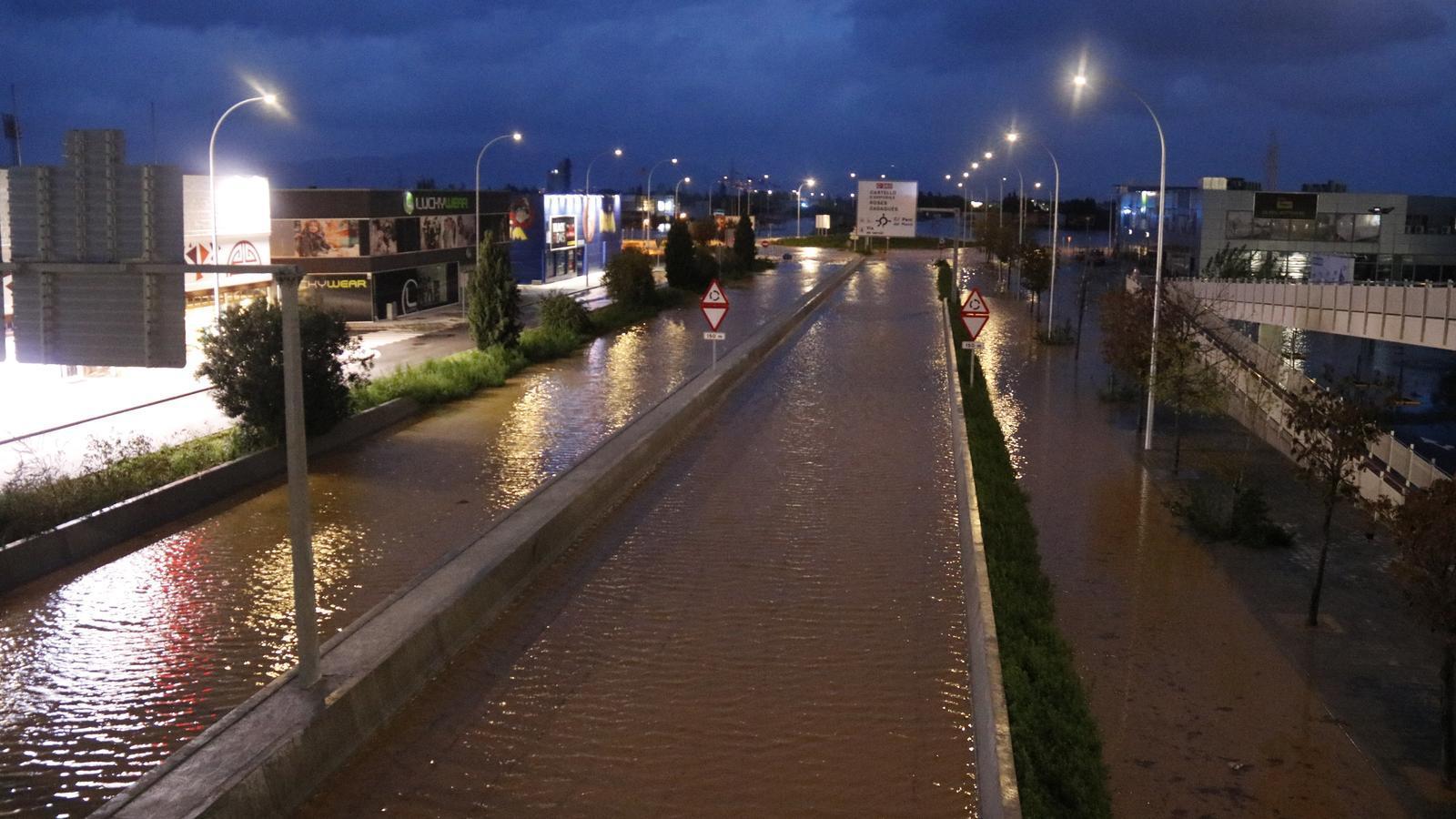 Pla general de la C-260 a Vilatenim a l'Alt Empordà amb les vies plenes d'aigua pel desbordament del riu Manol.