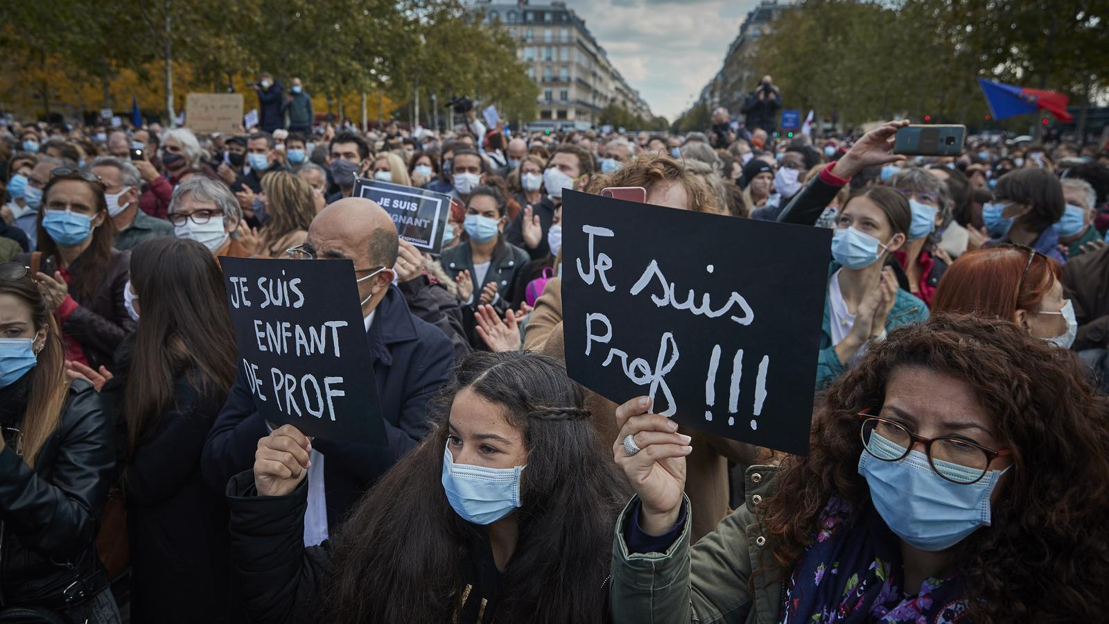 Desenes de milers de manifestants a França homenatgen el professor assassinat