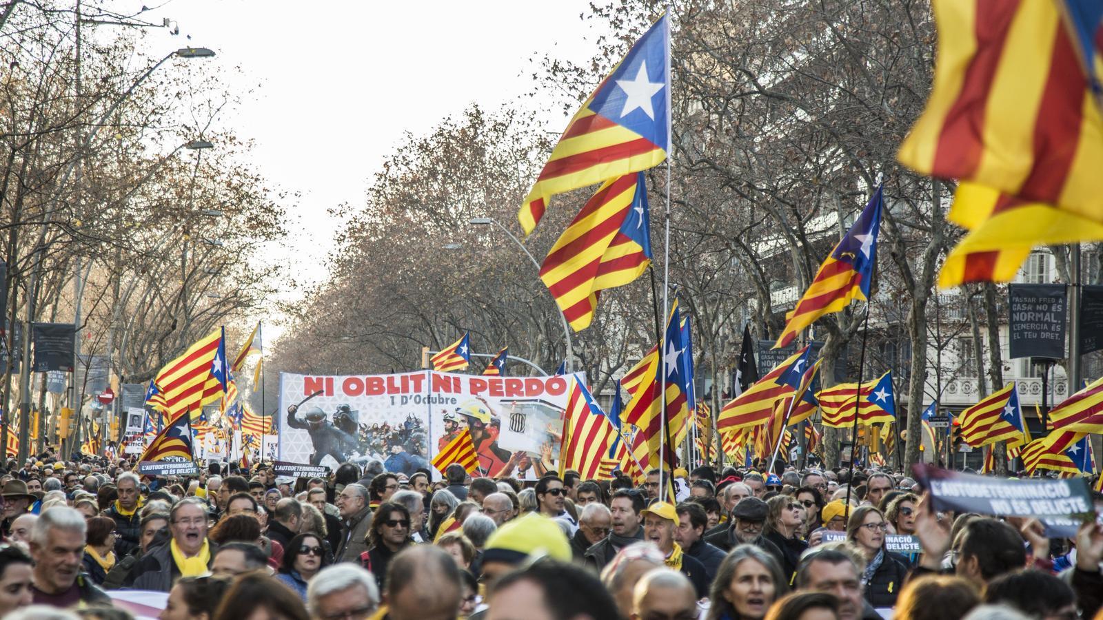 """Milers de persones omplen la Gran Via de Barcelona en contra del judici al Procés. A la imatge, una pancarta gegant on es pot llegir """"ni oblit ni perdó"""""""