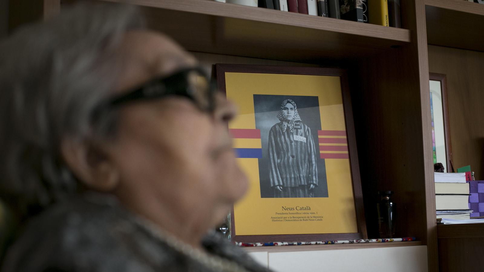 """Neus Català a la seva habitació. De fons, el retrat amb el seu vestit de presonera, que es va fer a França, després de l'alliberament dels camps, """"quan ja estava refeta"""" / CRISTINA CALDERER"""