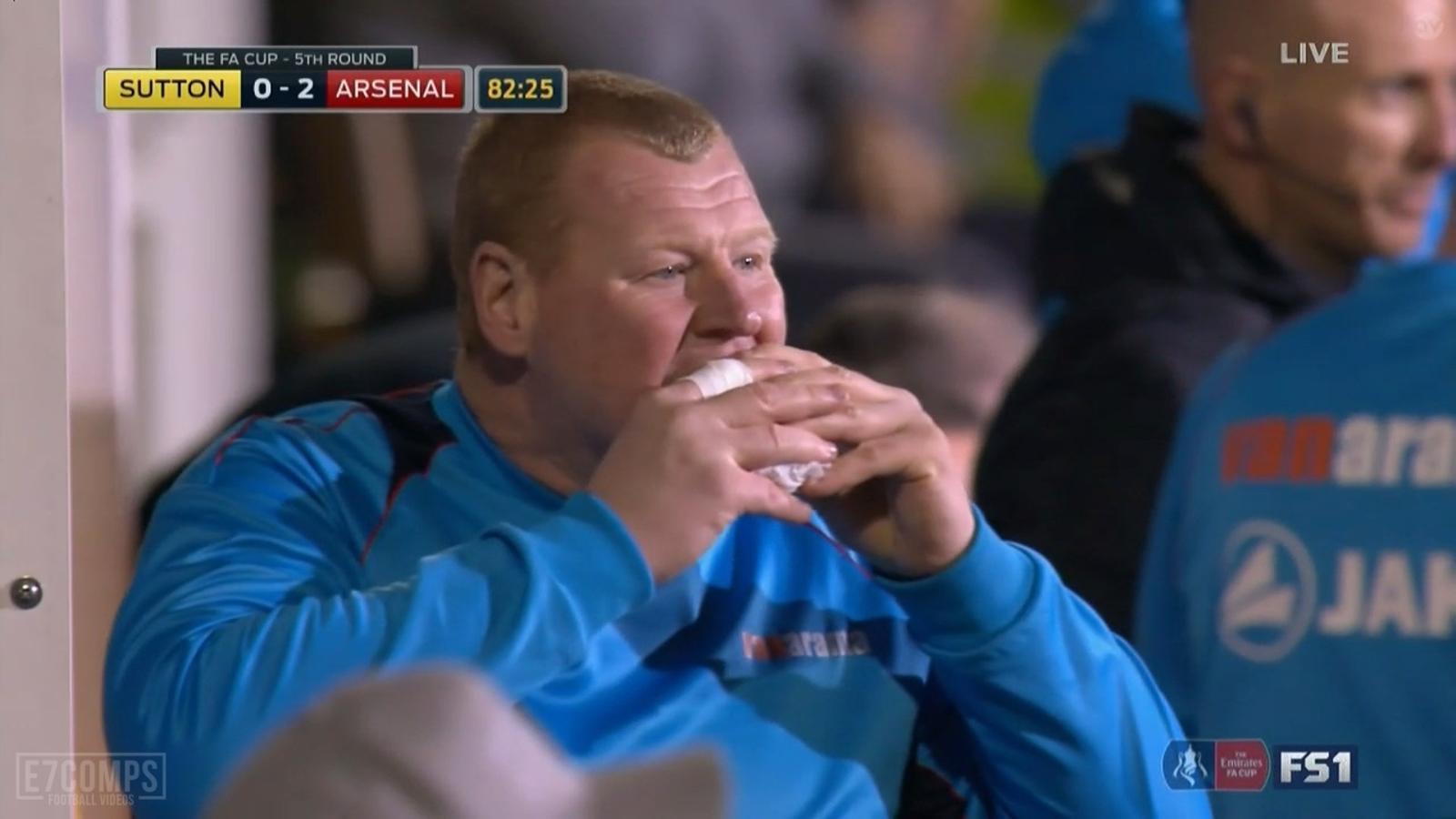 Wayne Shaw, porter suplent del Sutton, menjant un entrepà durant el partit contra l'Arsenal