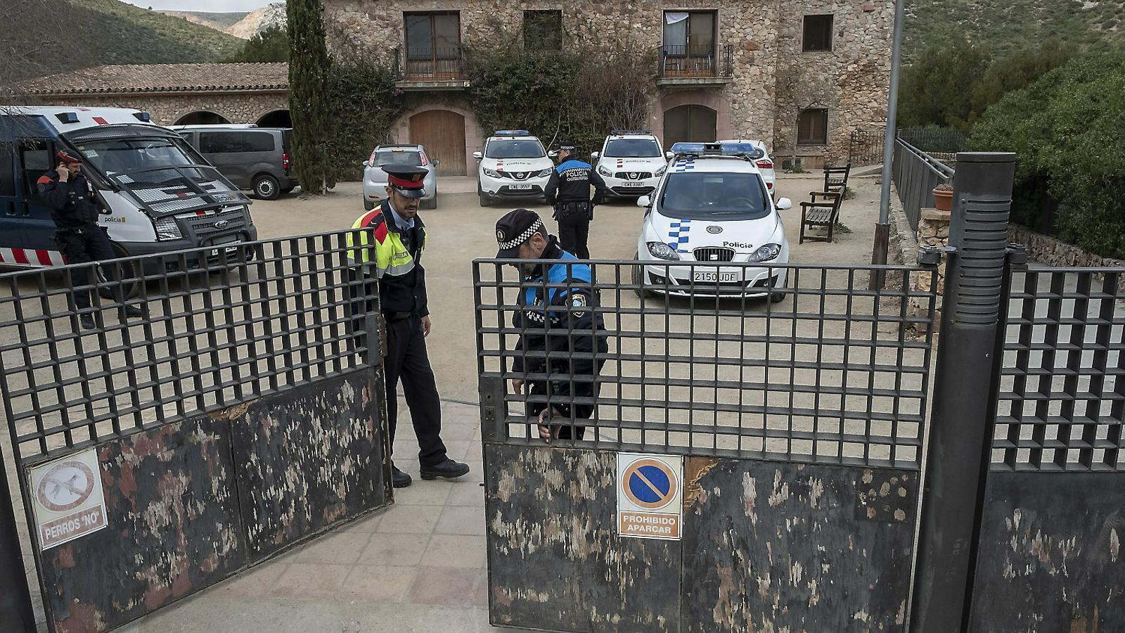 Agents de la Policia Local de Castelldefels i dels Mossos d'Esquadra vigilant el centre de menors dilluns.