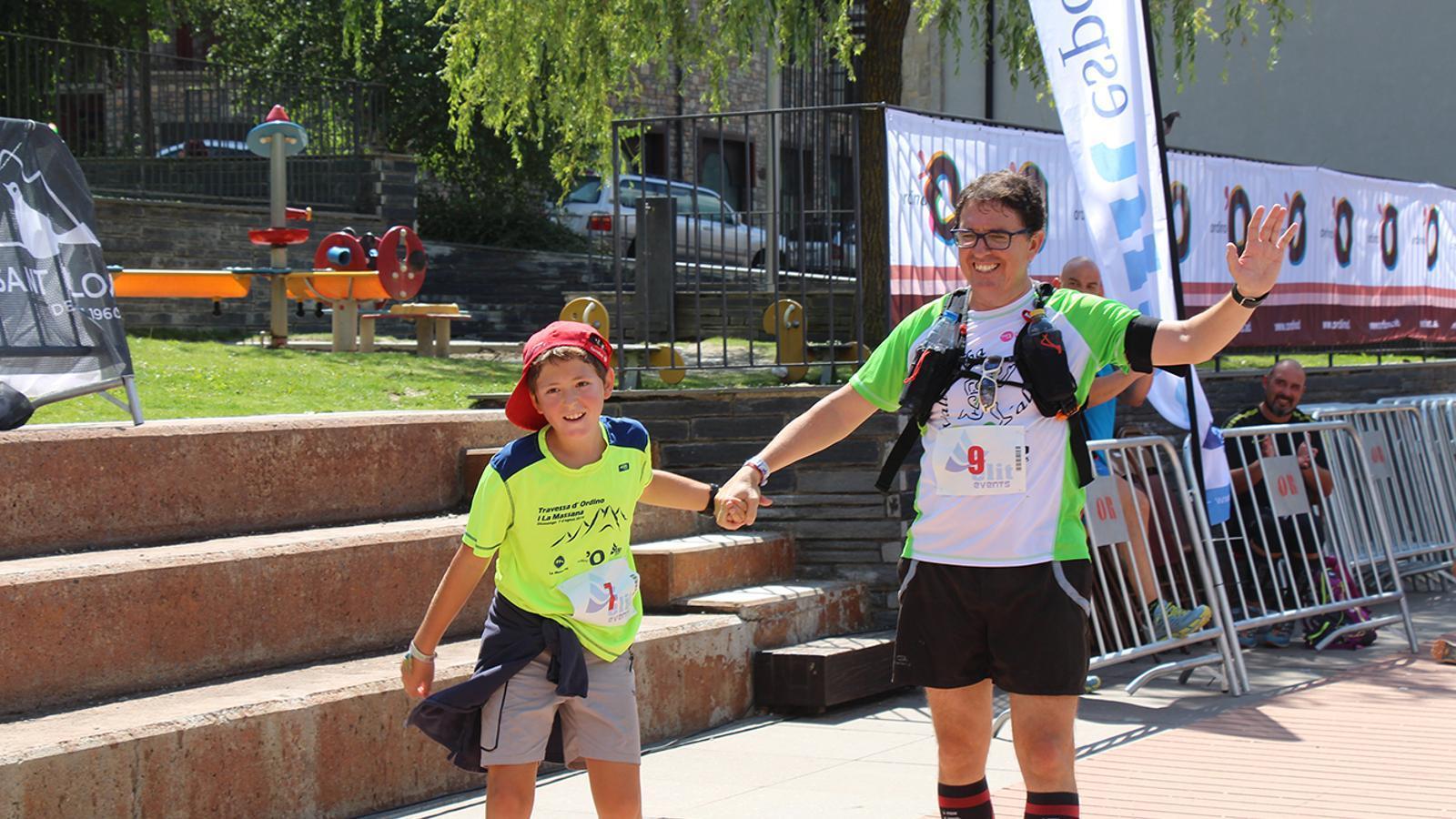 Un pare i un fill acabant la travesssa de 15,5 quilòmetres. / P. R.