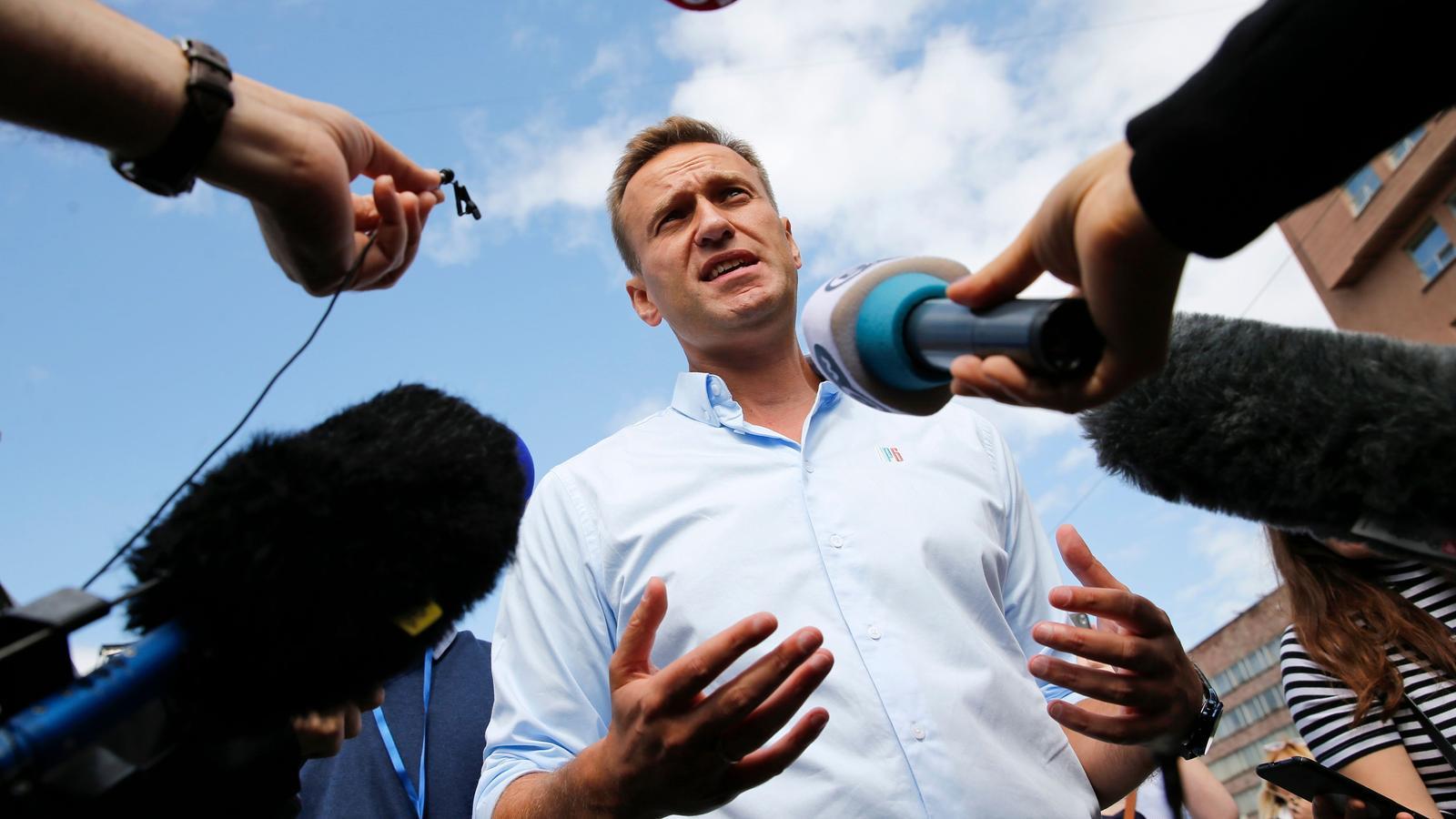 Navalni atenent els periodistes, en una manifestació contrària al Kremlin, el juliol del 2019