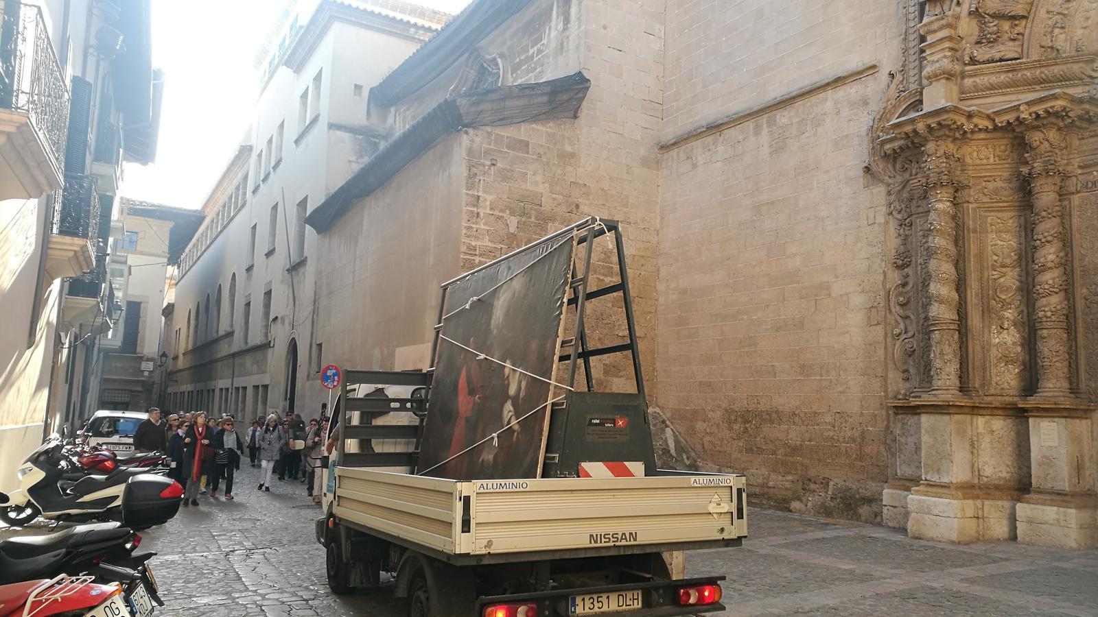 Una pintura històrica, transportada per Palma sense cap protecció