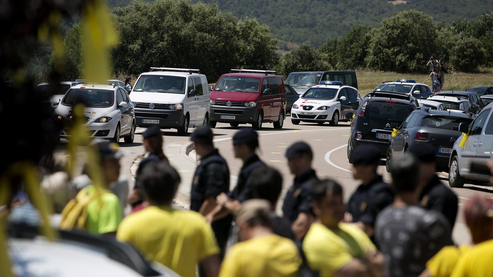 Moment de l'arribada de les furgonetes amb els presos a Lledoners al juliol de l'any passat.