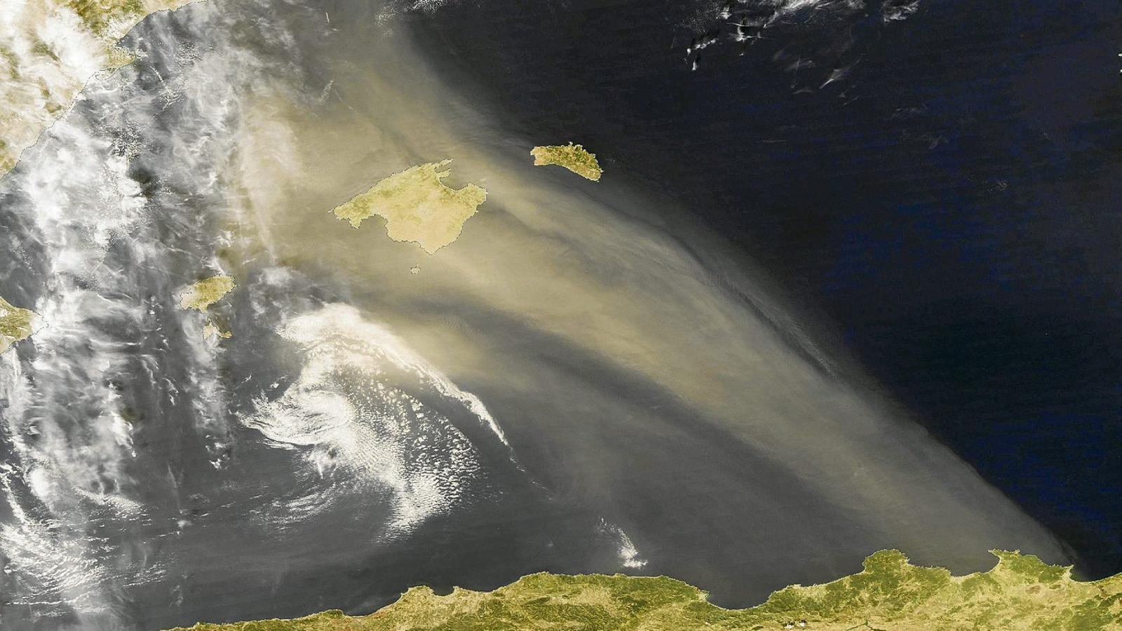 FIGURA 1  Ploma de pols sahariana sobre les Illes Balears.