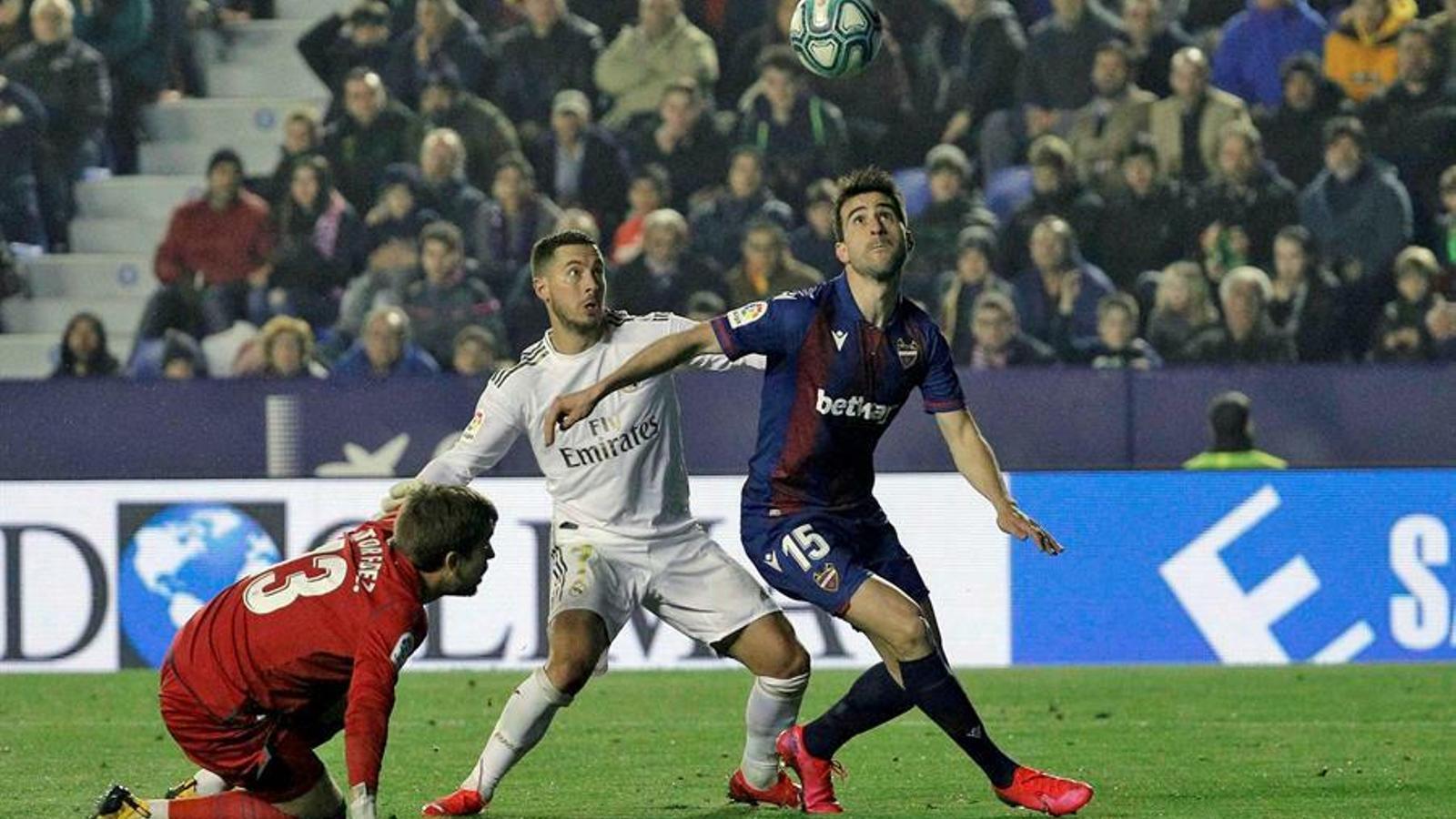 El Reial Madrid cau contra el Llevant i el Barça arribarà líder al Bernabéu (1-0)