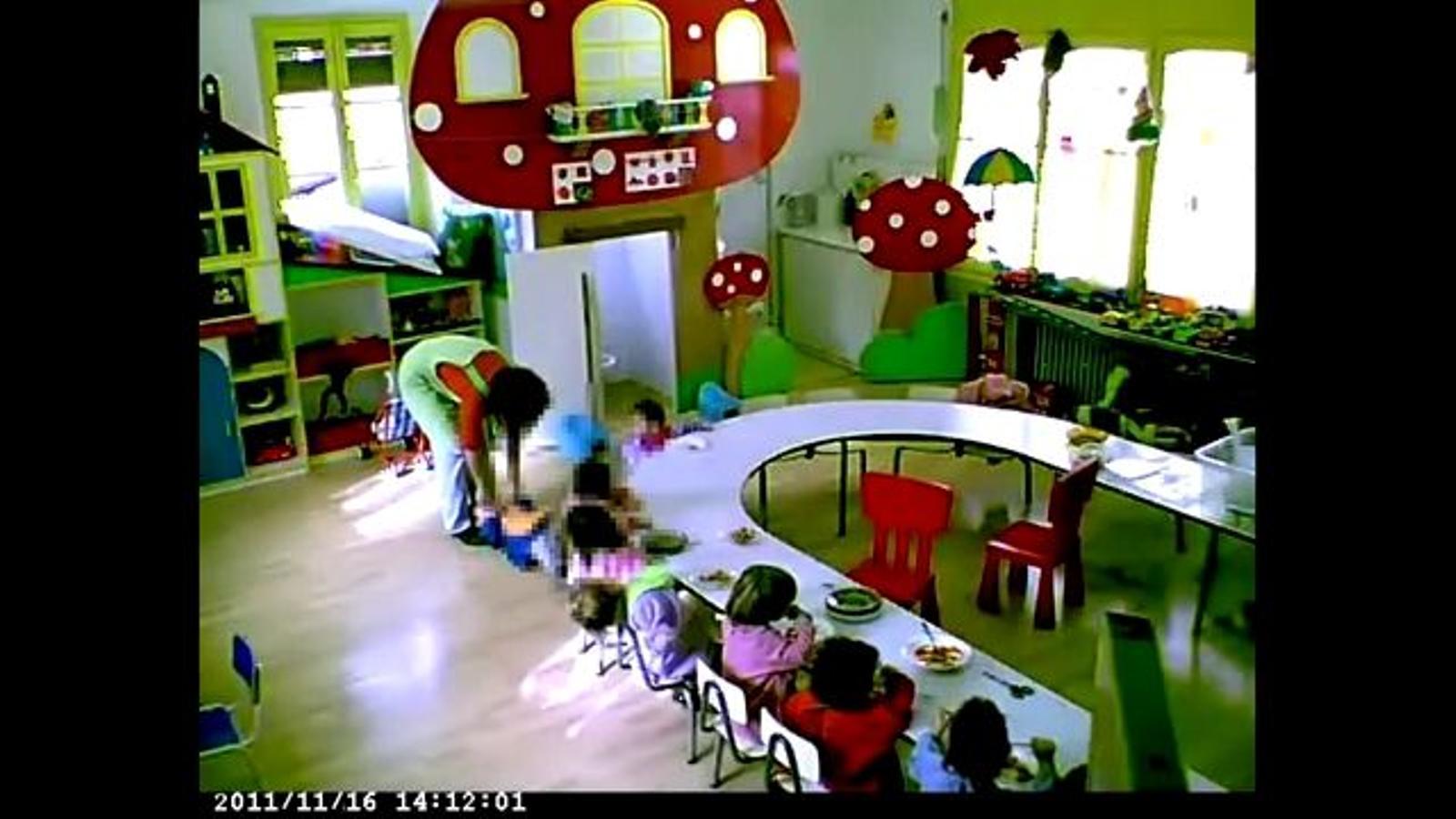 Víde on es veu com la mestra immobilitza un nen i l'obliga a empassar menjar i introdueix un altre nen en un llençol en forma de sac en la posició inversa a l'habitual