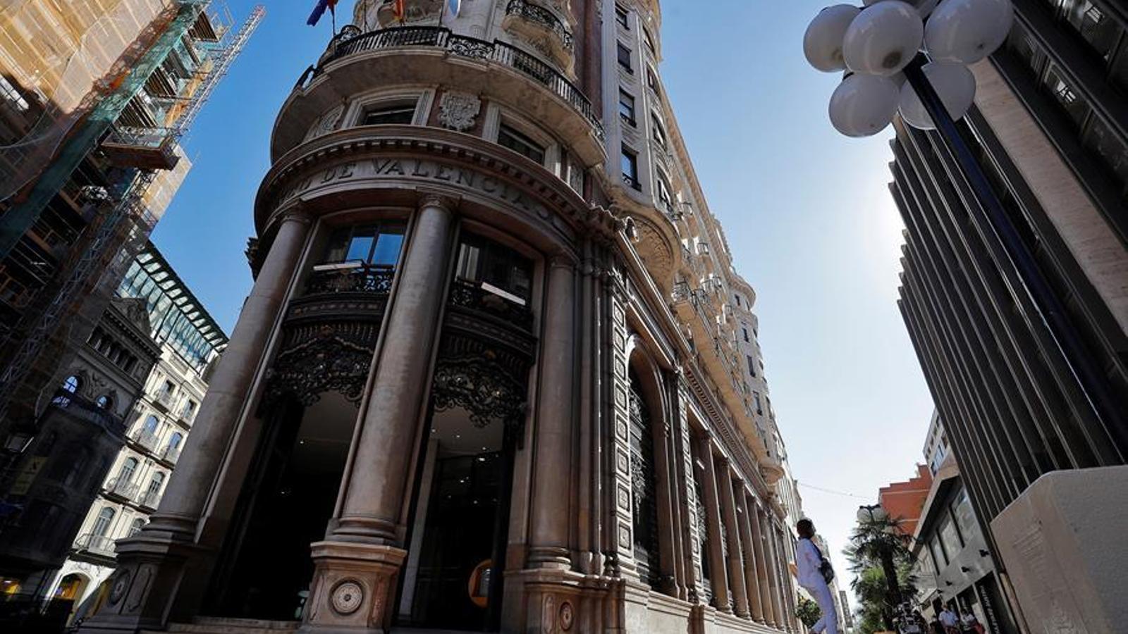 Imatge presa aquest divendres de la seu social de CaixaBank, situada en l'edifici històric de l'antic Banc de València. EFE/Manuel Bruque