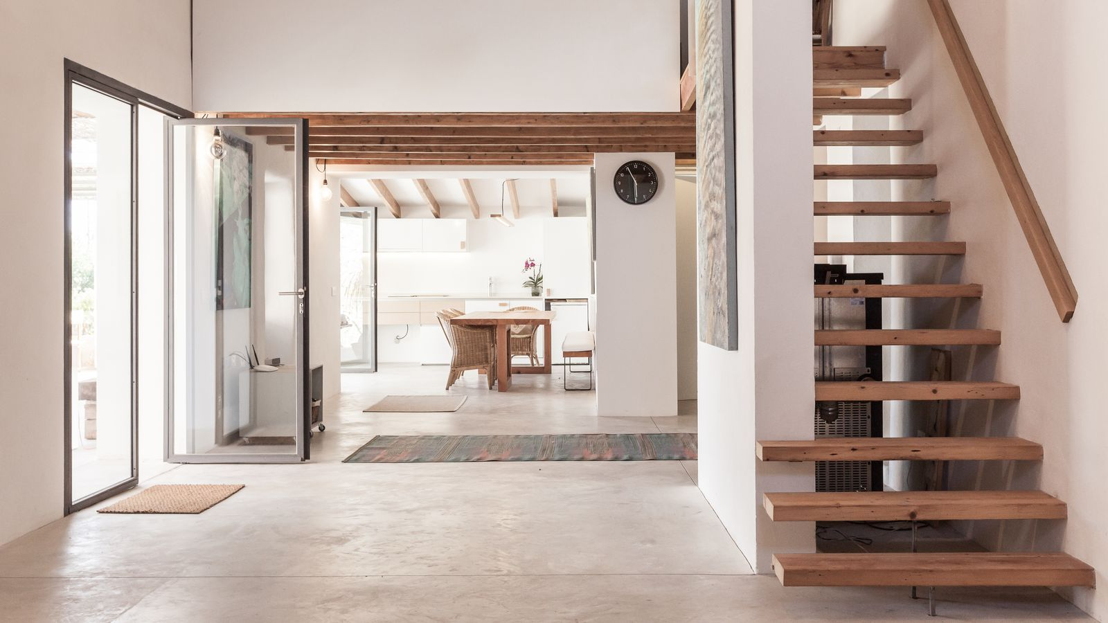 L'equip de Munarq, dirigit pels arquitectes Rafel Munar i Pau Munar, a l'hora d'afrontar la reforma de Can Valls, va optar per preservar i estendre l'estructura de la casa existent i reformar uns interiors que van guanyar lluminositat i una gran connectivitat entre els que ara són espais amples i de doble alçada