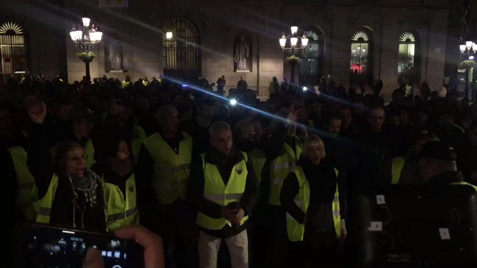 Els taxistes es concentren a plaça Sant Jaume.