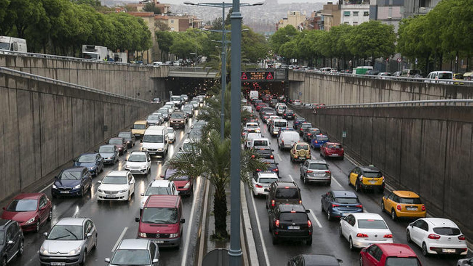 El RACC suggereix que les motos puguin circular pels vorals en cas de congestió
