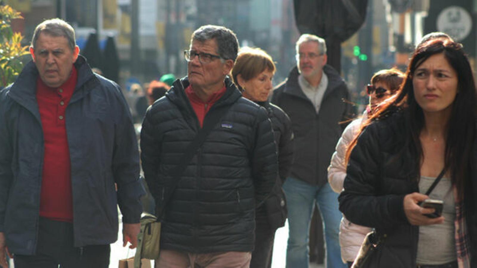 Gent caminant per l'avinguda Meritxell. / M. R. F. (ANA)