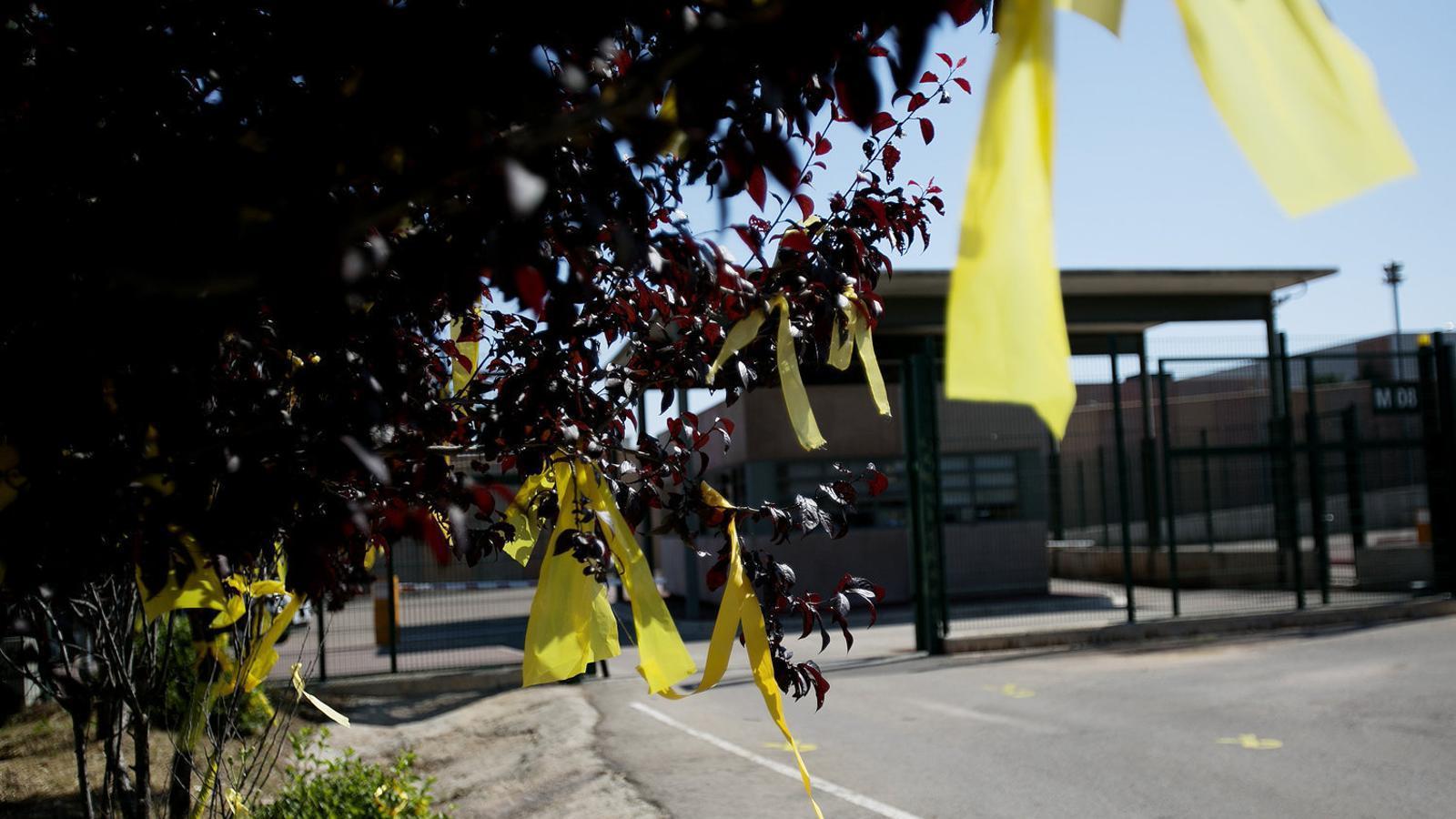 Llaços grocs en una imatge d'arxiu recent davant la presó de Lledoners, a Sant Joan de Vilatorrada.