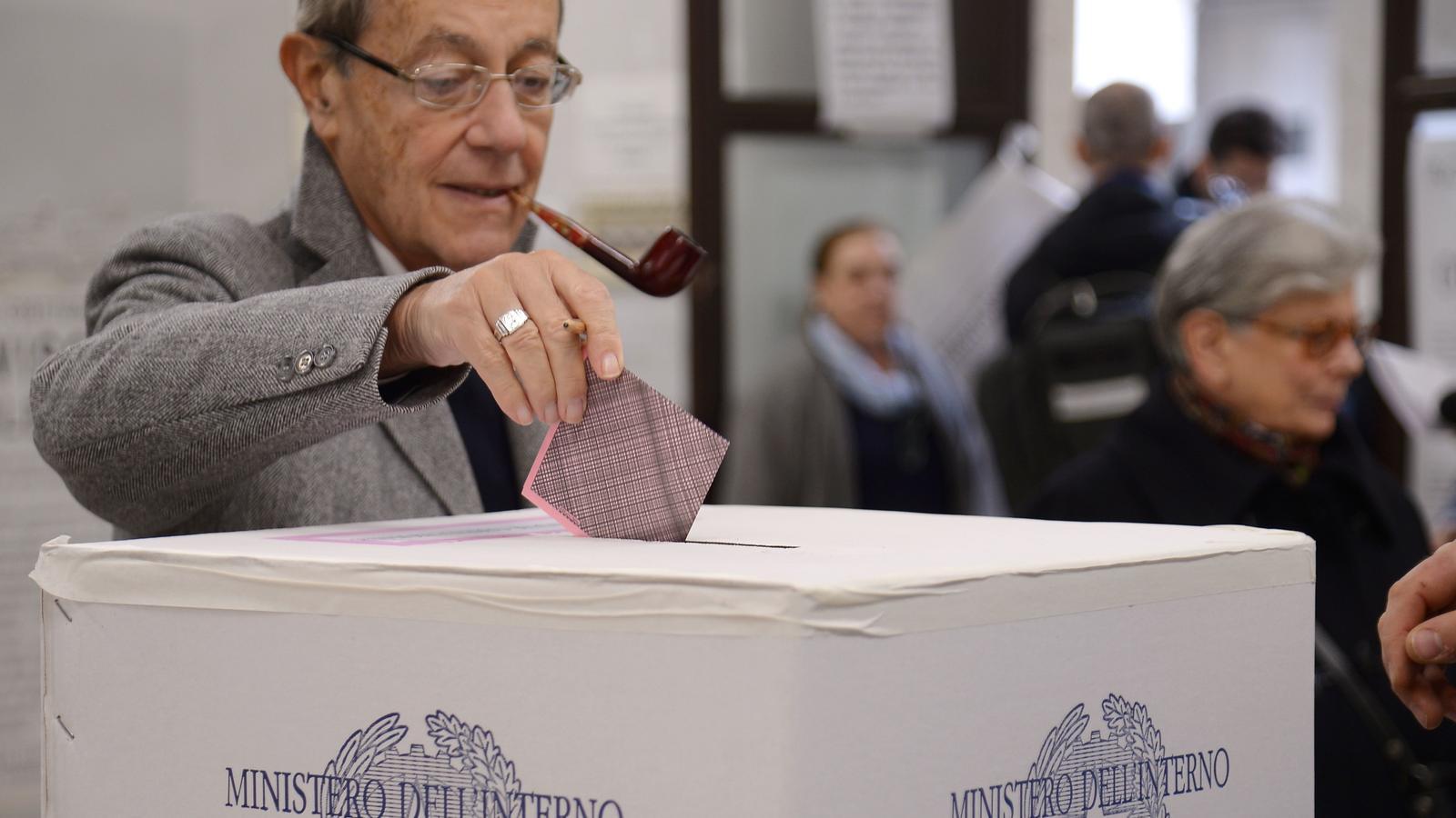 Un home votant en el referèndum d'aquest diumenge per reformar la Constitució italiana