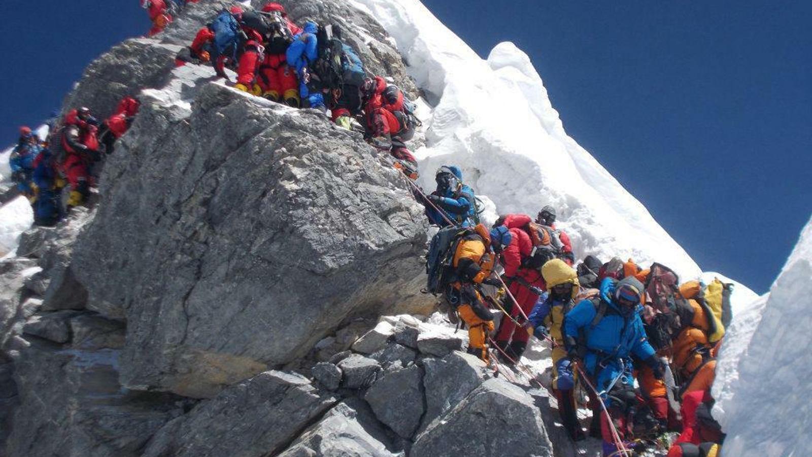 Els alpinistes han de fer cua per pujar a l'Everest a causa de la gran afluència de gent