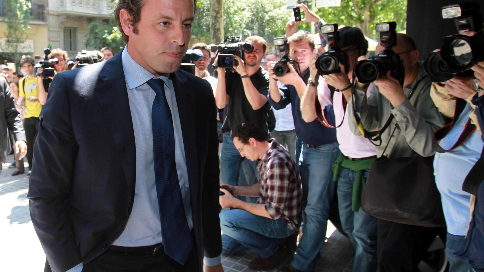 Sandro Rosell arribant al restaurant on es va celebrar el dinar de directives al migdia. / TONI ALBIR / EFE