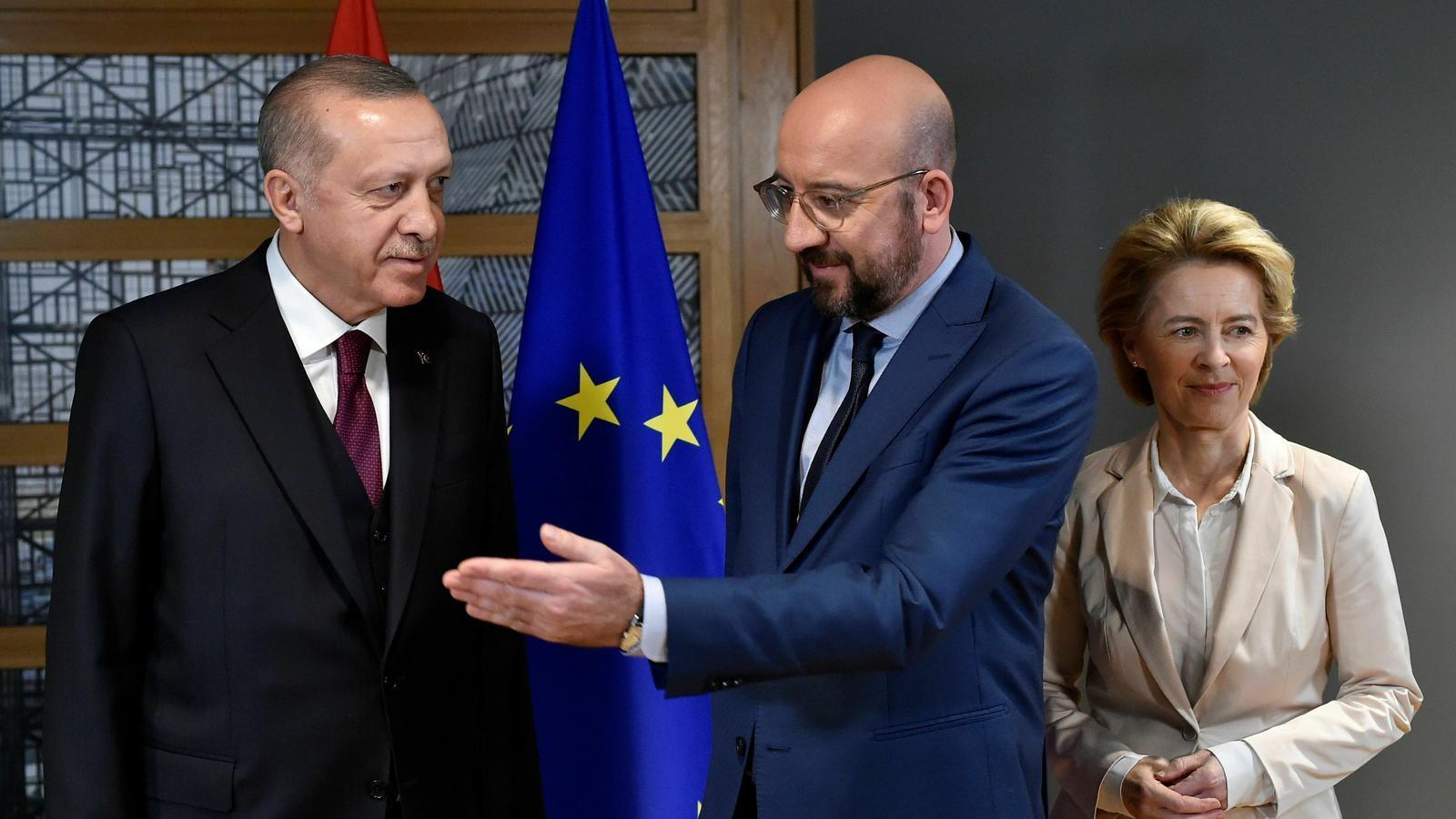 Els president turc, Recep Tayyip Erdogan, amb el president del Consell Europeu, Charles Michel, i la presidenta de la Comissió Europea, Ursula Von der Leyen.