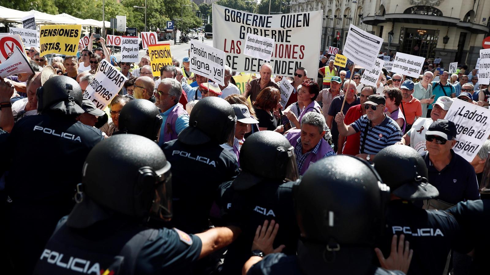 Centenars de pensionistes rodejant el Congrés dels Diputats aquest dimecres.