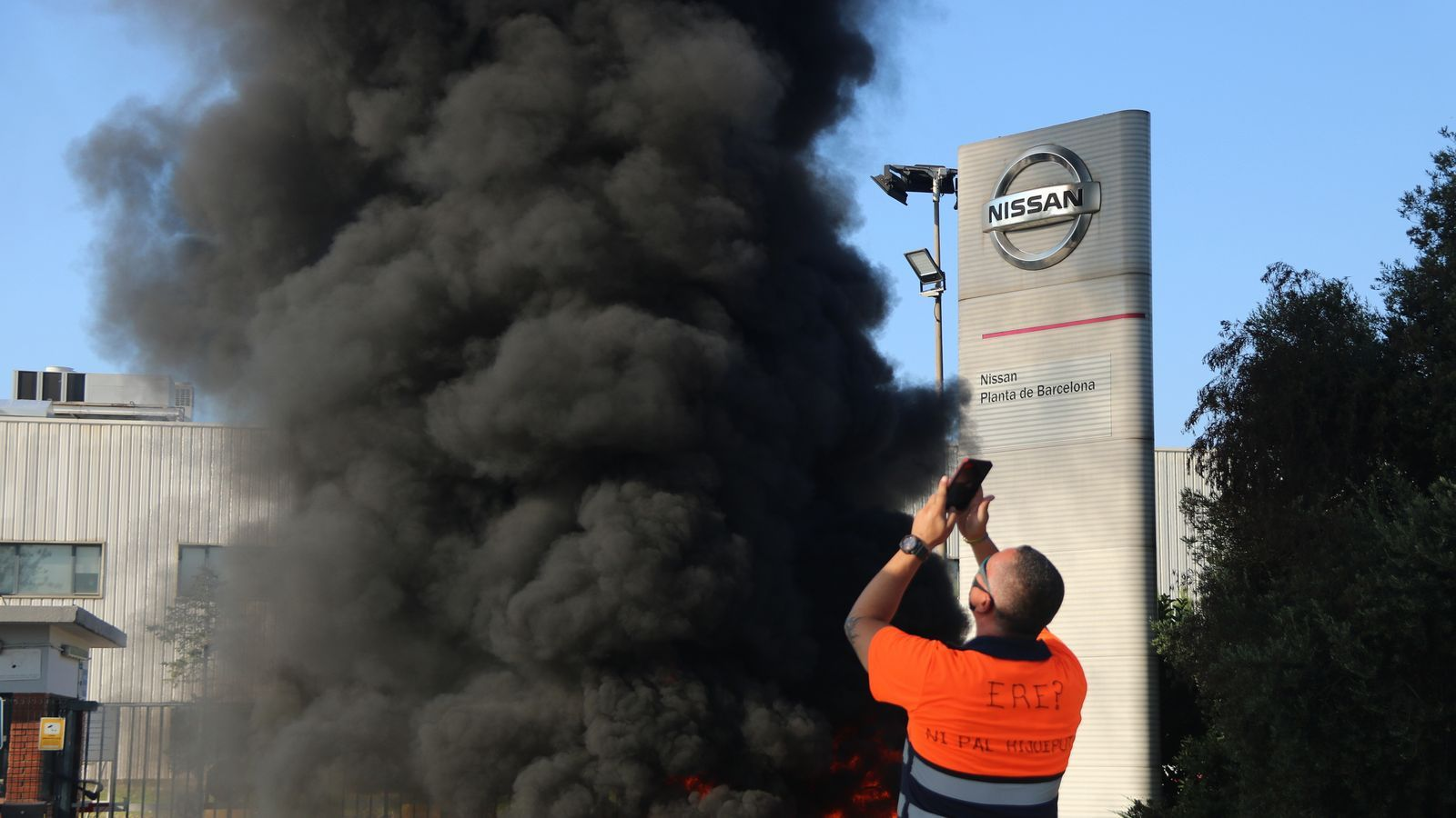 Imatge de la protesta davant la porta de la planta de Nissan.