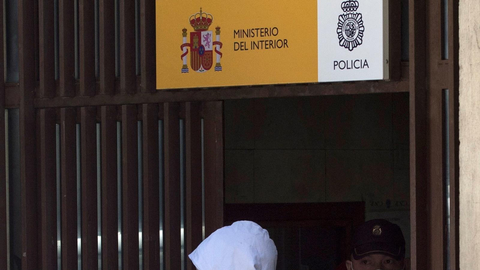 Rafael Amargo a la sortida de la comissaria del districte centre de Madrid en direcció als jutjats de la Plaça de Castilla, on va declarar acusat de tràfic de drogues i pertinença a organització criminal