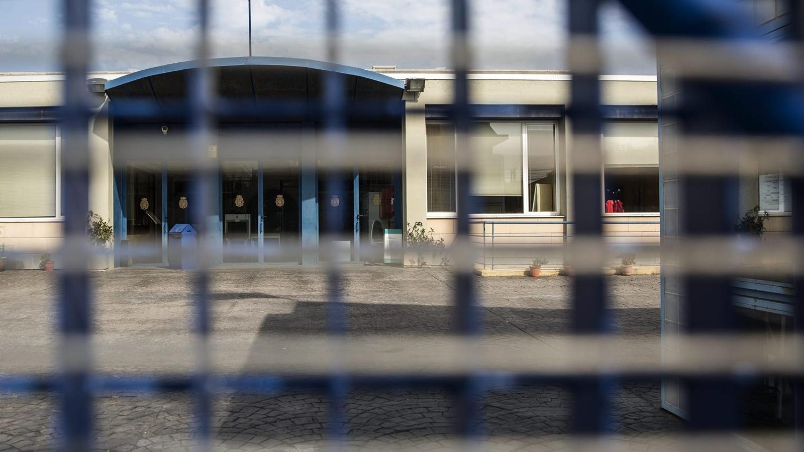 La policia va tornar a impedir ahir l'entrada dels tècnics municipals al CIE de la Zona Franca.