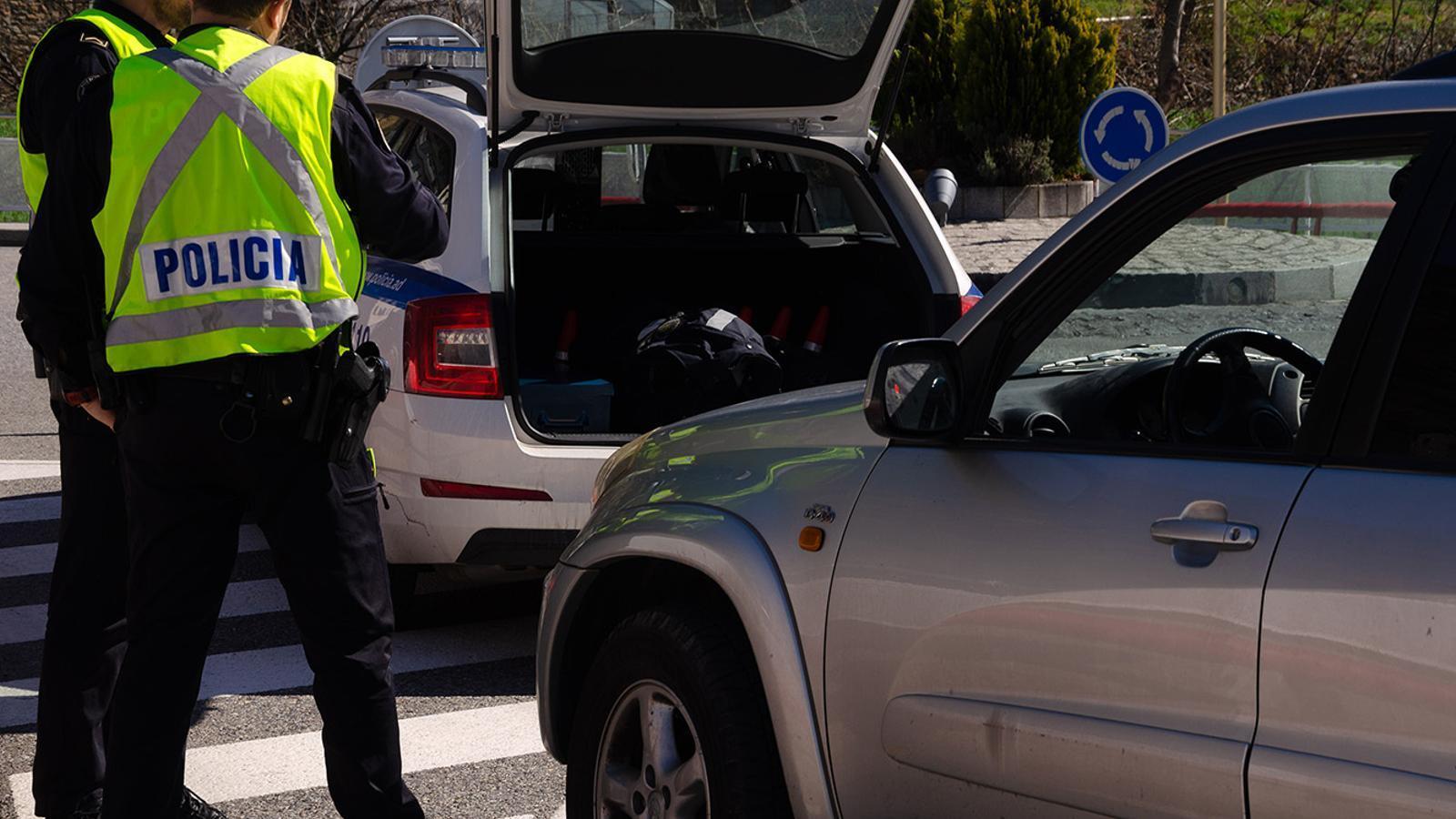 Dos agents de la policia durant un control. / ARXIU ANA