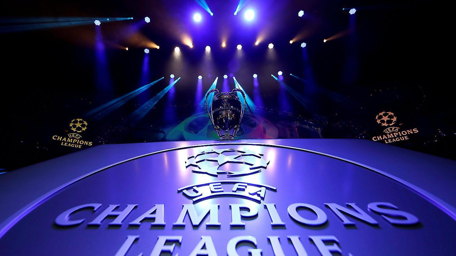 El trofeu de la Lliga de Campions abans d'un sorteig de la competició europea.