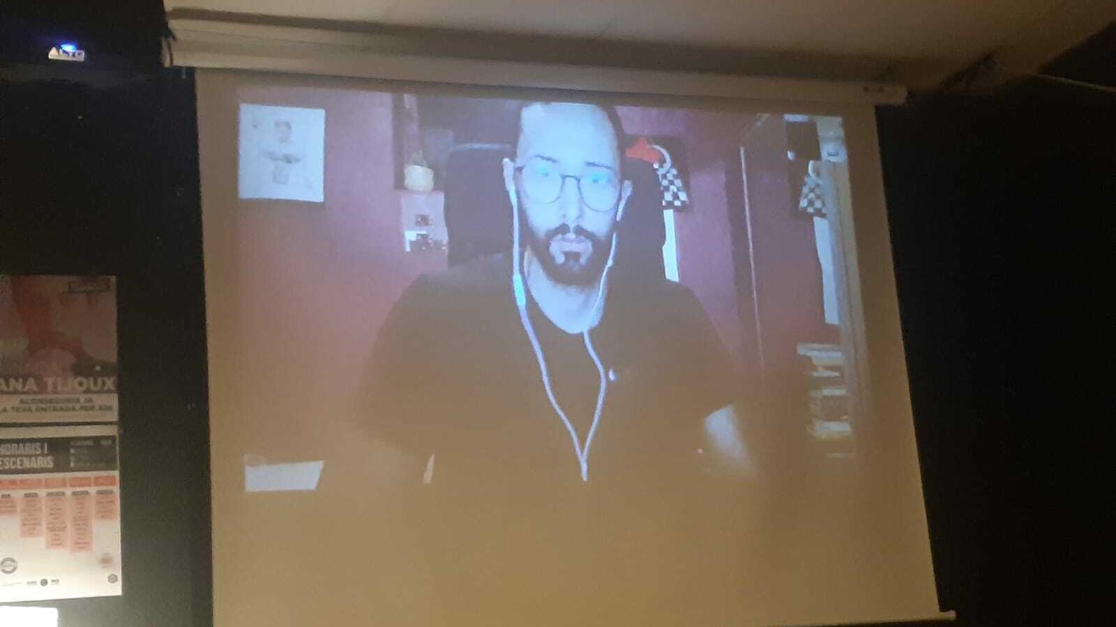 Valtonyc durant la videoconferència, aquest vespre al Cafè Tertúlia