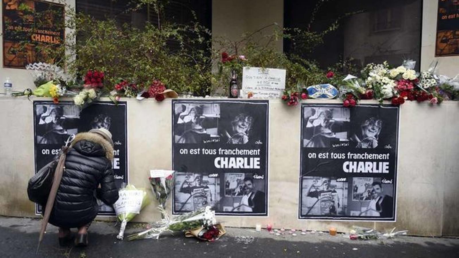 Mostres de condol a la redacció de 'Charlie Hebdo' hores després de l'atac, el 2015.