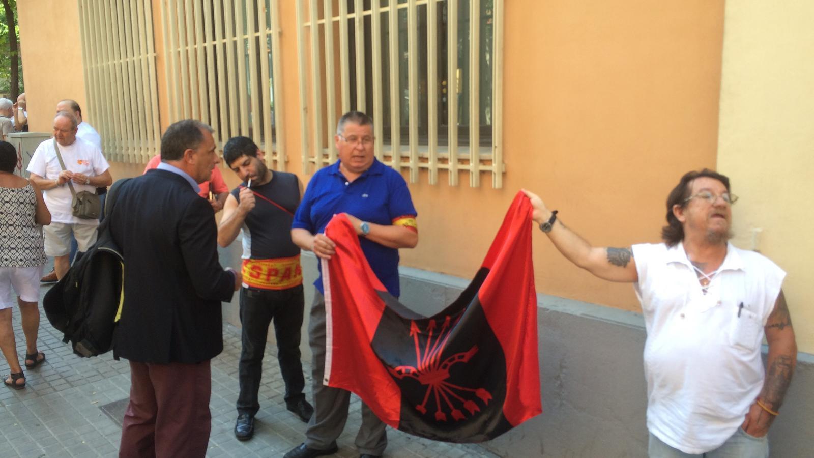 Manifestants-Falange-mobilitzacio-Guardia-Civil_1842425857_45897332_540x306.jpg