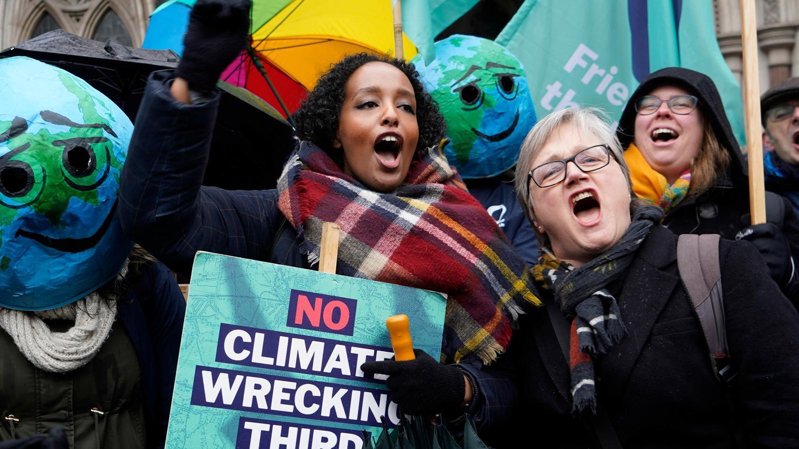 Activistes contra el canvi clim]atic celebren la decisió del tribunal, aquest dijous a Londres