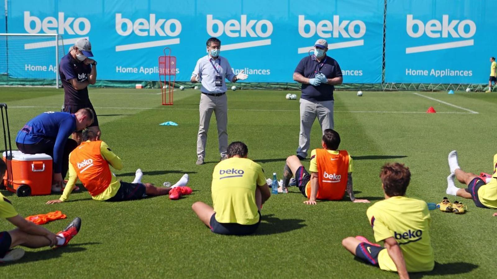 Josep Maria Bartomeu visita l'entrenament del Barça