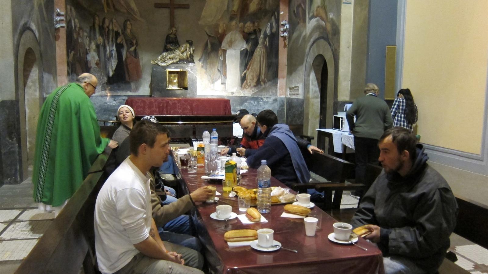La parròquia de Santa Anna de Barcelona obre les portes per acollir els sensesostre durant l'onada de fred