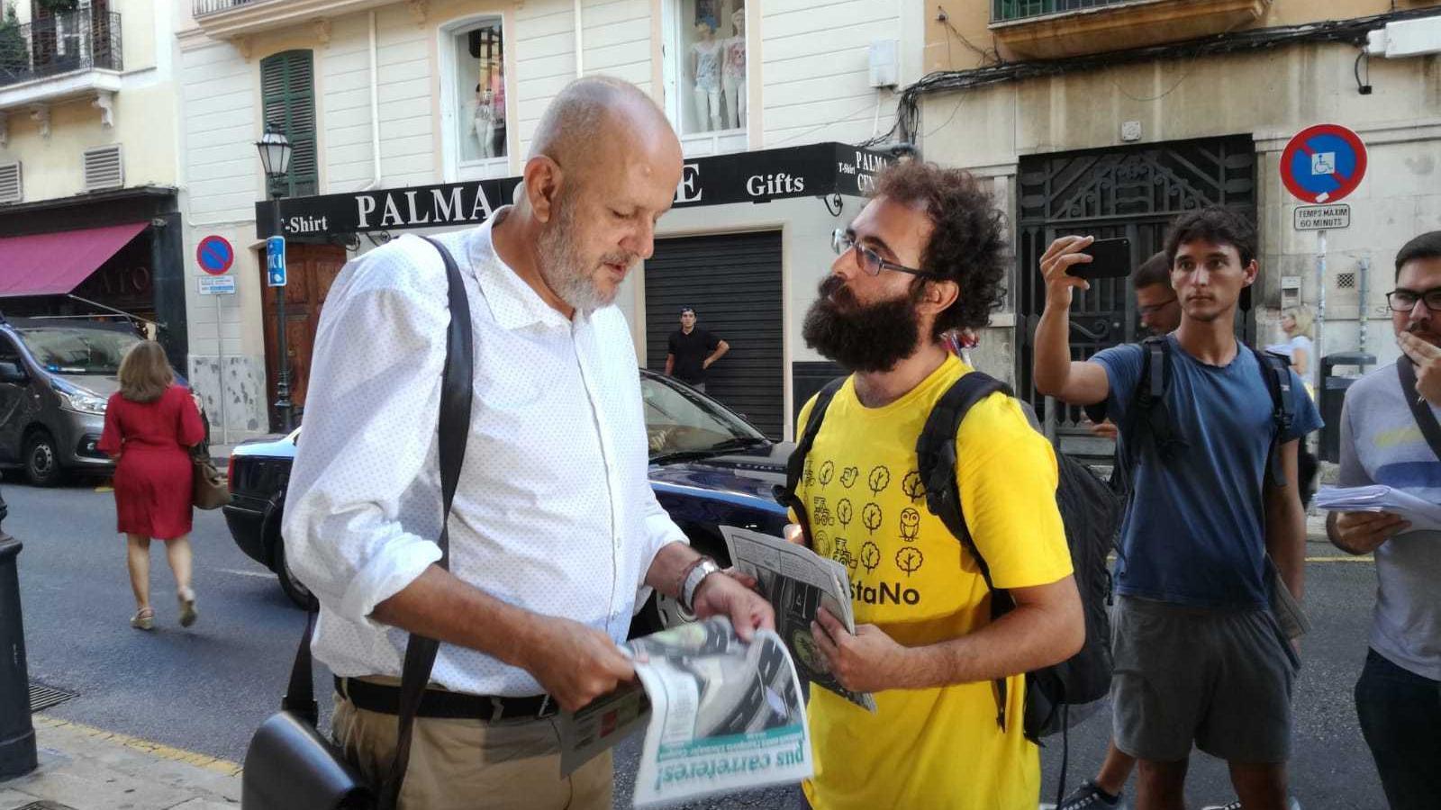Miquel Ensenyat parlant amb Gaspar Alomar, membre de la Plataforma Antiautopista.