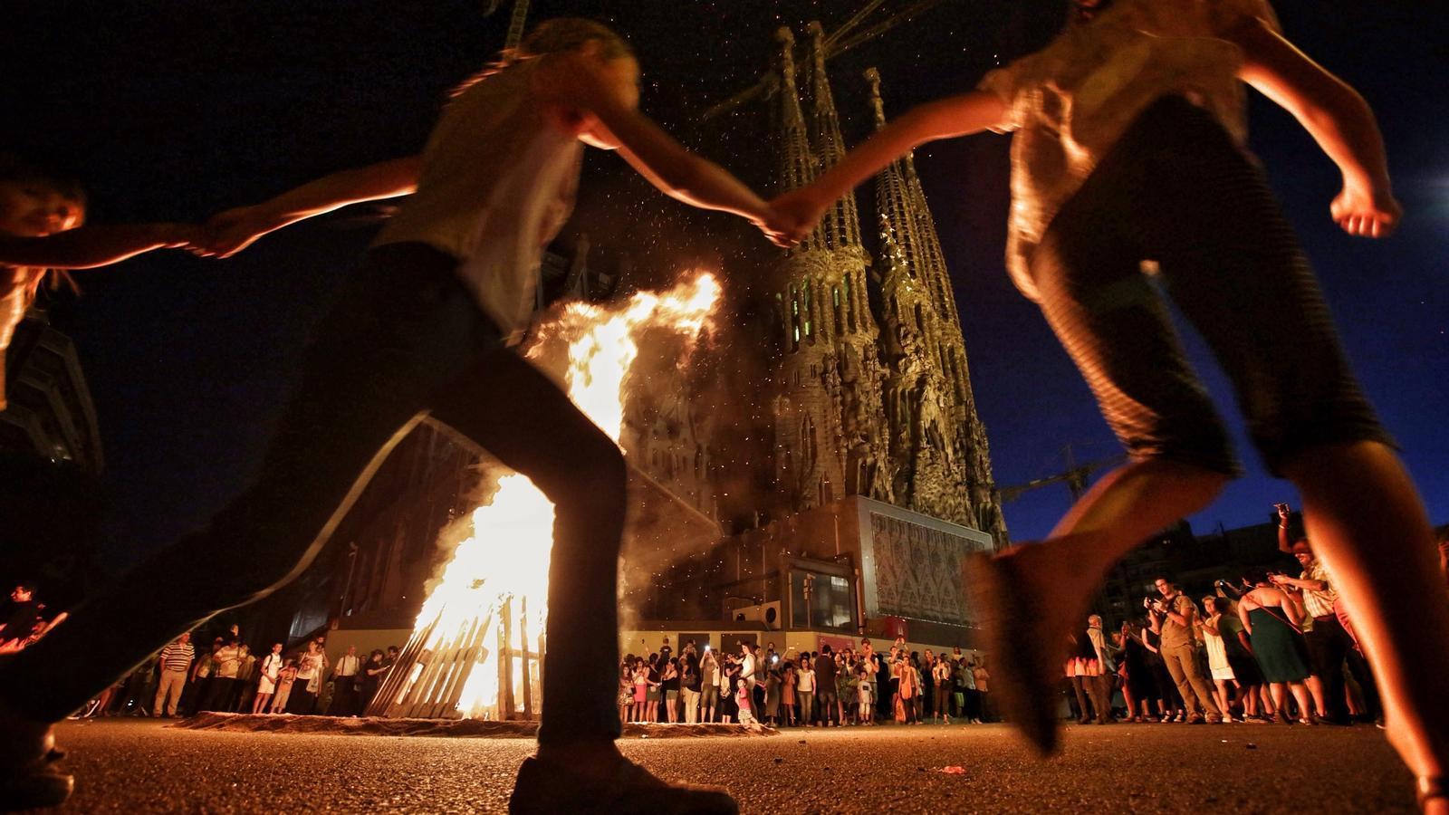 Una foguera de Sant Joan, ahir a prop de la Sagrada Família