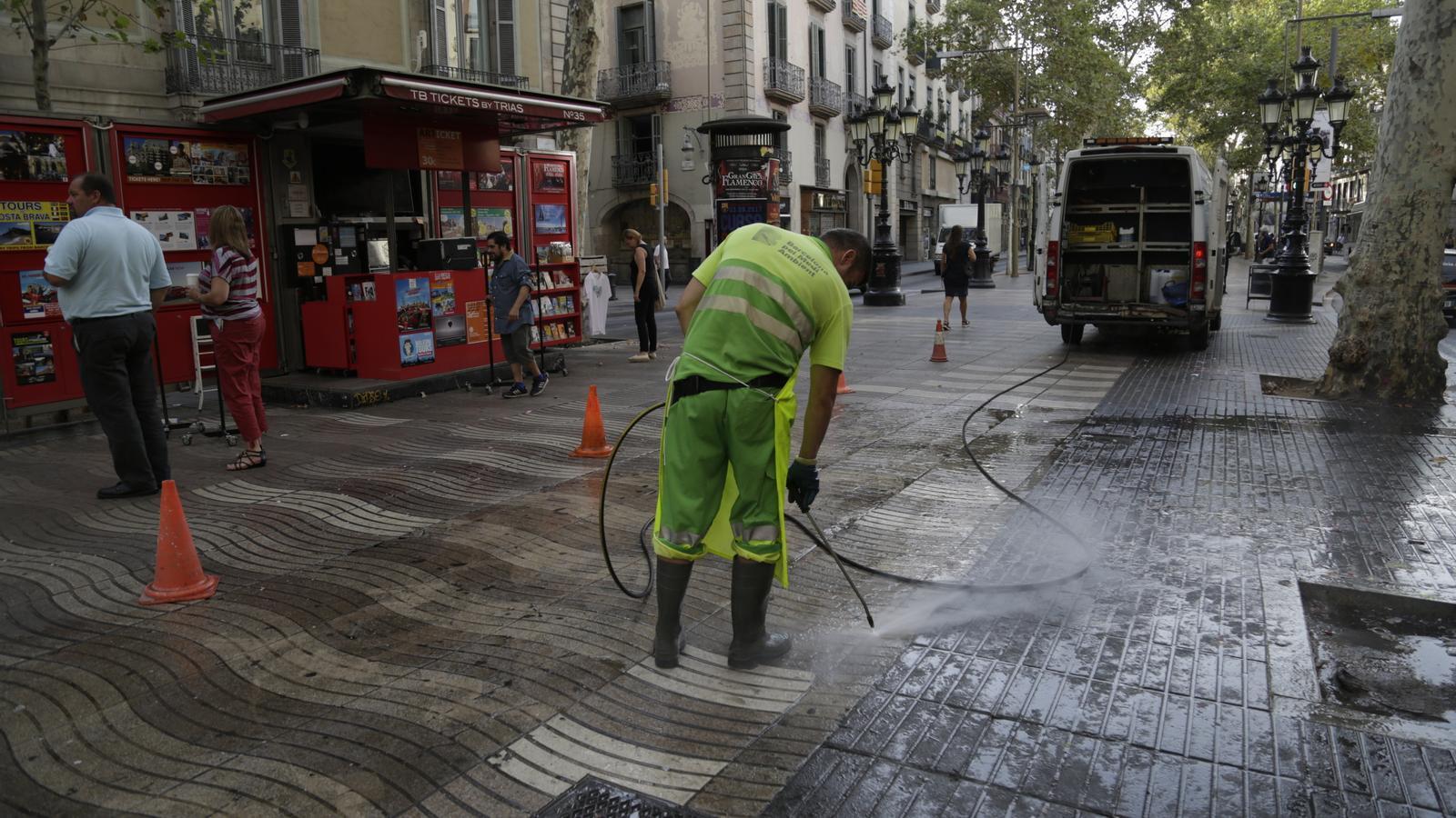 Serveis de neteja a La Rambla de Barcelona.