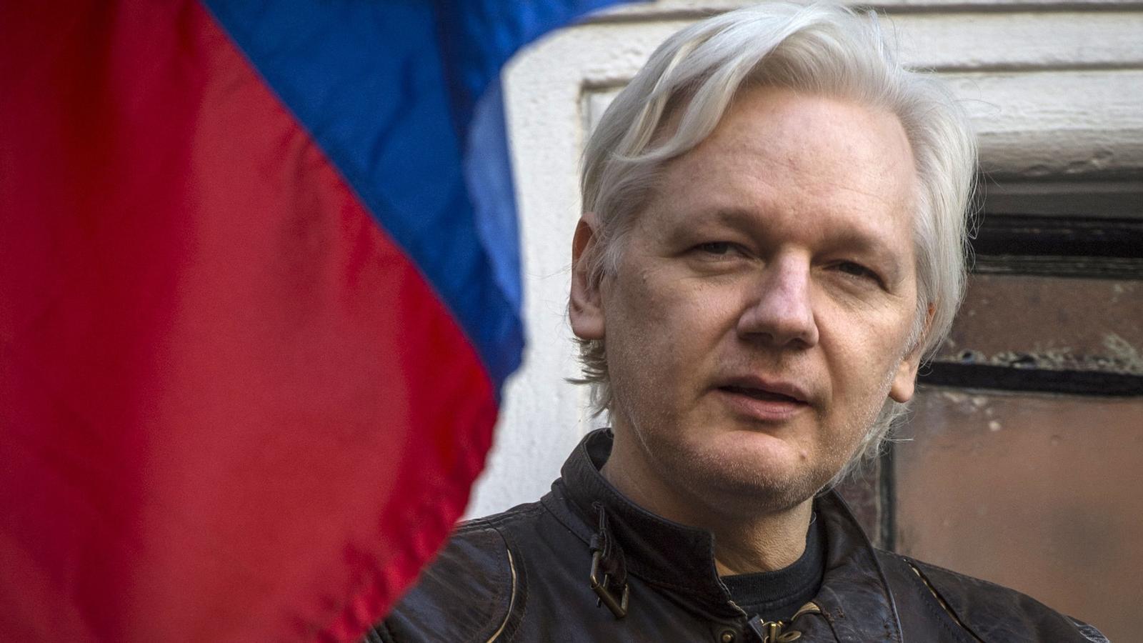 Julian Assange, al seu refugi de l'ambaixada d'Equador a Londres, on roman tancat des del juny de 2012 / REUTERS