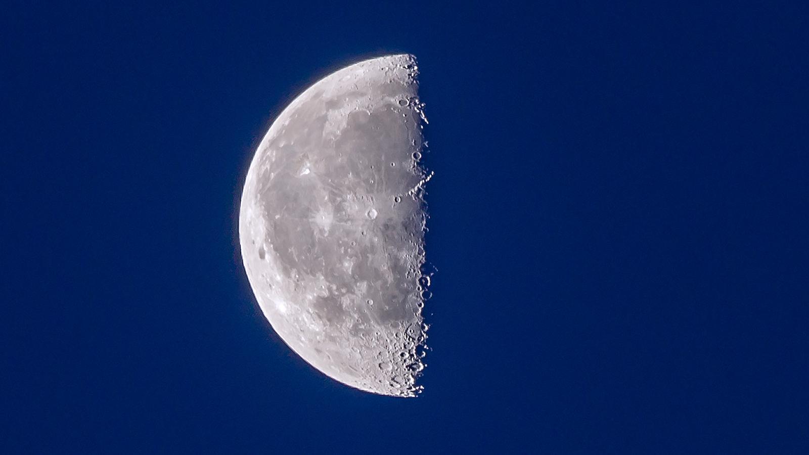 Lluna decreixent abans d'ahir des de Tavèrnoles / EMILI VILAMALA