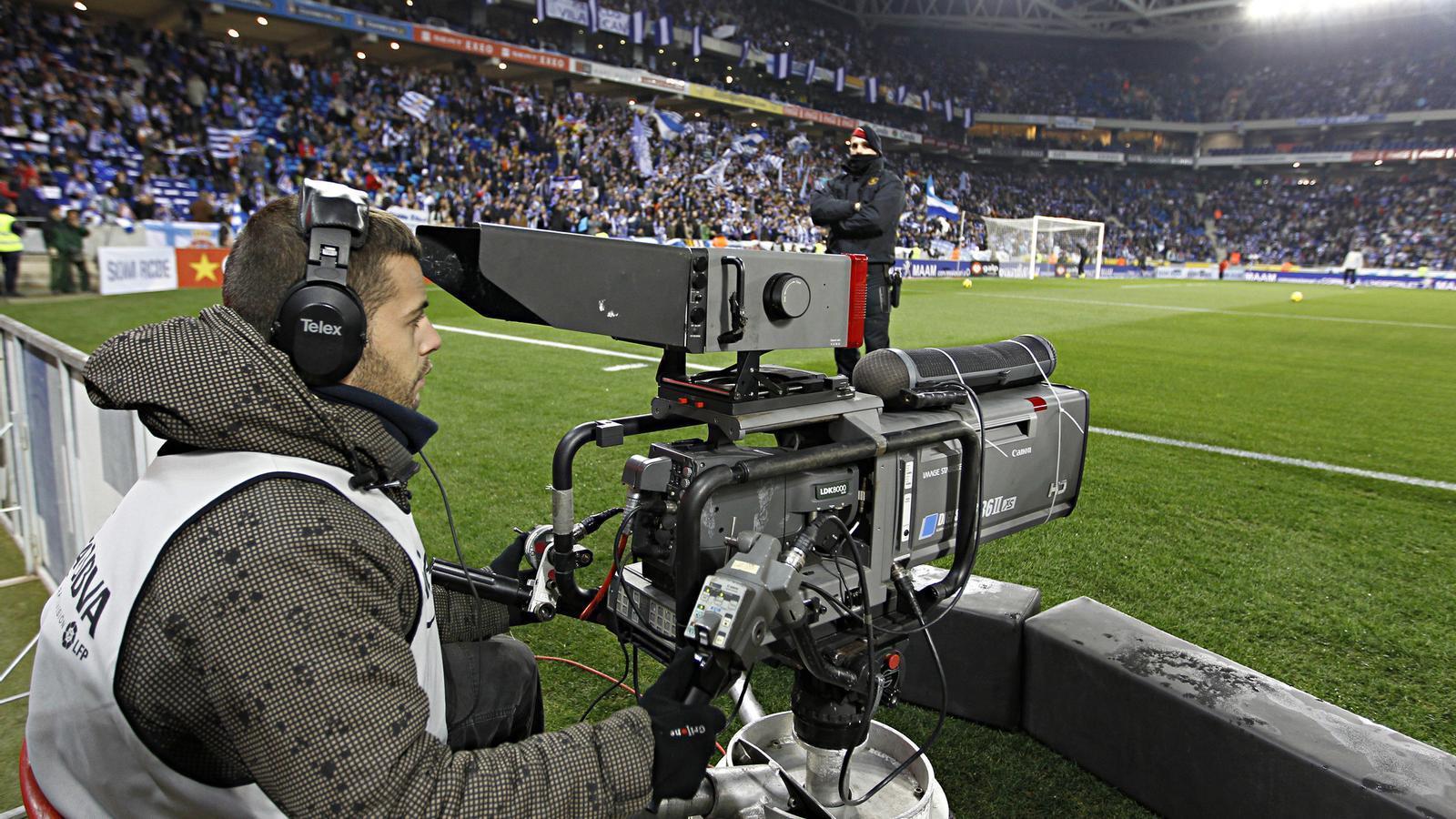 Futbol de pagament Un càmera durant la retransmissió d'un partit de l'Espanyol a Cornellà-el Prat. La Lliga vol que el que es televisi no sigui de franc.